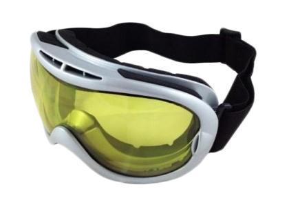 Очки горнолыжные Vcan, цвет: серебро. VSE10_SR24 YL5131585Спортивные горнолыжные очки Vcan надежно защитят ваши глаза во время катания на лыжах или сноуборде. Двойные линзы выполнены из противоударного поликарбоната для большей защиты глаз. Отличительная особенность поликарбоната - самая высокая устойчивость к ударным нагрузкам. Очки с поликарбонатными линзами наиболее травмобезопасны. Желтые тонированные линзы обеспечивают 100% защиту от ультрафиолетовых лучей (UV400). Противотуманное покрытие на внутренней стороне линз предотвращает запотевание оптики. Характеристики: Материал: поликарбонат, пластик. Размеры упаковки: 19,5 см х 9,5 см х 10,5 см.Что взять с собой на горнолыжную прогулку: рассказывают эксперты. Статья OZON Гид
