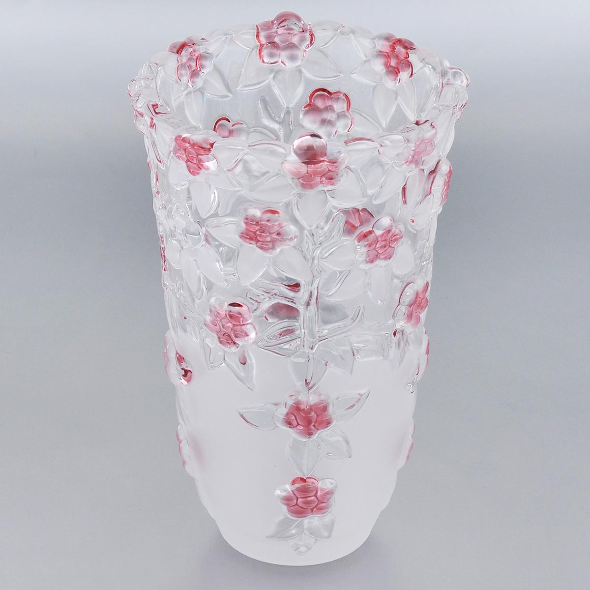 Ваза Walther-Glas Carmen, высота 24 см1137Ваза Walther-Glas Carmen, выполненная из высококачественного толстого стекла, декорирована сочетанием матовой и прозрачной поверхностей и рельефным изображением цветов. Ваза оснащена волнистыми краями, что делает ее изящным украшением интерьера. Она красиво переливается и излучает приятный блеск. Ваза Walther-Glas Carmen дополнит интерьер офиса или дома и станет желанным и стильным подарком.