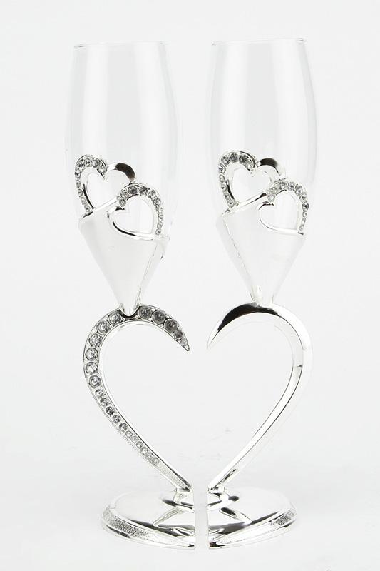Набор бокалов Marquis Сердце, 200 мл, 2 шт. 2126-MR2126-MRНабор Marquis Сердце состоит из двух бокалов на высоких ножках. Бокалы выполнены из стекла. Изящные ножки изготовлены из стали с серебряно-никелевым покрытием в виде двух половинок сердца. Изделия декорированы изображениями сердец и стразами. Бокалы идеально подойдут для шампанского и вина. Набор станет прекрасным дополнением романтического вечера. Изысканные изделия необычного оформления понравятся и ценителям классики, и тем, кто предпочитает утонченность и изысканность.Нельзя мыть в посудомоечной машине.
