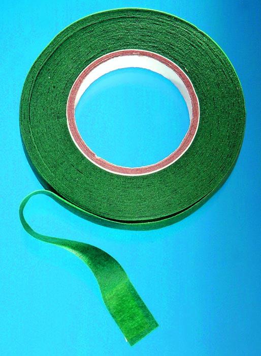 Лента флористическая Hobby Time, цвет: зеленый, ширина 12,7 мм, длина 28 м685215Флористическая лента Hobby Time - это тонкая эластичная лента в катушке с легким клеящим эффектом. Она липкая, тонкая, легкая, водонепроницаемая, хорошо растягивается. Лента бывает широкой и узкой. Широкая лента в основном используется для крепления к сосуду флористической губки, узкой лентой также иногда перекрещивается отверстие широкогорлового сосуда для закрепления растений. Флористическая лента может использоваться в квиллинге при изготовлении цветов на проволоке, конфетных деревьев, украшений из бисера, различного декора. В основном лента применяется для декорирования проволоки в букетах в соответствии с цветом букета. При намотке флористическую ленту необходимо немного натягивать, чтобы она лучше прилипала к стеблю цветка.Особенности флористической ленты: - Легко разглаживается и плотно прилегает к поверхности,- Принимает любую форму,- Позволяет продлить свежесть цветка, поэтому необходима при создании свадебных букетов и других аксессуаров из цветов,- Лентой можно загрунтовать гладкую поверхность перед закреплением на ней флористической композиции, чтобы фиксация последней была устойчивой. Ширина ленты: 12,7 мм.Длина ленты: 28 м.