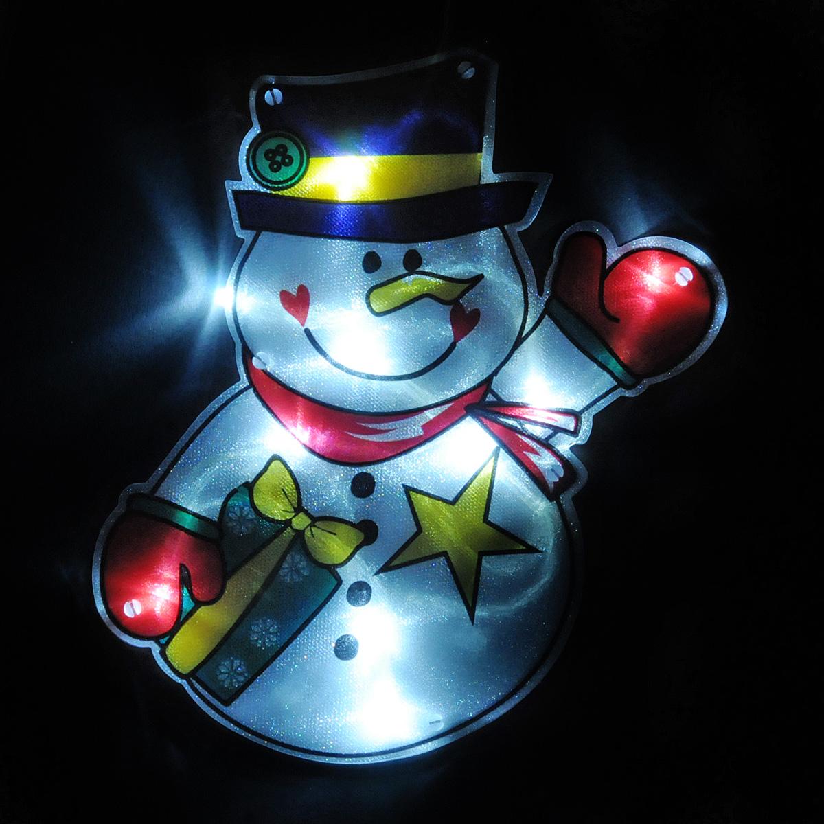 Светильник Lunten Ranta Снеговик, 17 см х 21 см66423Светильник Lunten Ranta Снеговик выполнен из высококачественного пластика. Особенностью данной фигурки является наличие светодиодного устройства, благодаря которому украшение светится. Светильник оснащен силиконовой присоской для крепления к стеклу.Такой оригинальный светильник оформит интерьер вашего дома или офиса в преддверии Нового года. Оригинальный дизайн и красочное исполнение создадут праздничное настроение. Кроме того, это отличный вариант подарка для ваших близких и друзей.УВАЖАЕМЫЕ КЛИЕНТЫ!Светильник работает от 3-х батареек типа ААА. Батарейки не входят в комплект.
