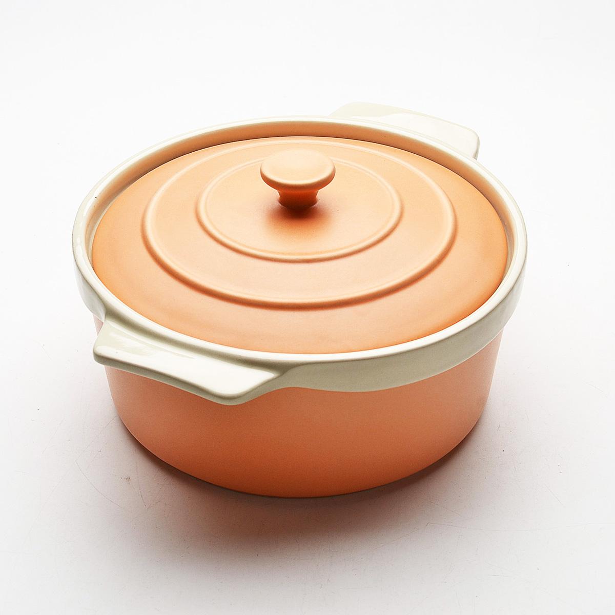 Жаровня Mayer & Boch с крышкой, цвет: оранжевый, бежевый, 2 л. 21787075626Жаровня Mayer & Boch, изготовленная из высококачественной керамики, подходит для любого вида пищи. Элегантный дизайн идеально подходит для современного дома. В комплект входит крышка из керамики. Пища, приготовленная в керамической посуде, сохраняет свои вкусовые качества, и благодаря экологической чистоте материала, не может нанести вред здоровью человека. Керамика - один из самых лучших материалов, который удерживает тепло, медленно и равномерно его распределяет. Максимальный нагрев - 400°С.С такой жаровней вы всегда сможете порадовать своих близких оригинальным блюдом. Жаровню можно использовать в духовом шкафу, в микроволновой печи, замораживать в холодильнике. Можно мыть в посудомоечной машине.Ширина жаровни (с учетом ручек): 25 см. Высота стенок: 7 см. Толщина стенок: 6-7 мм.