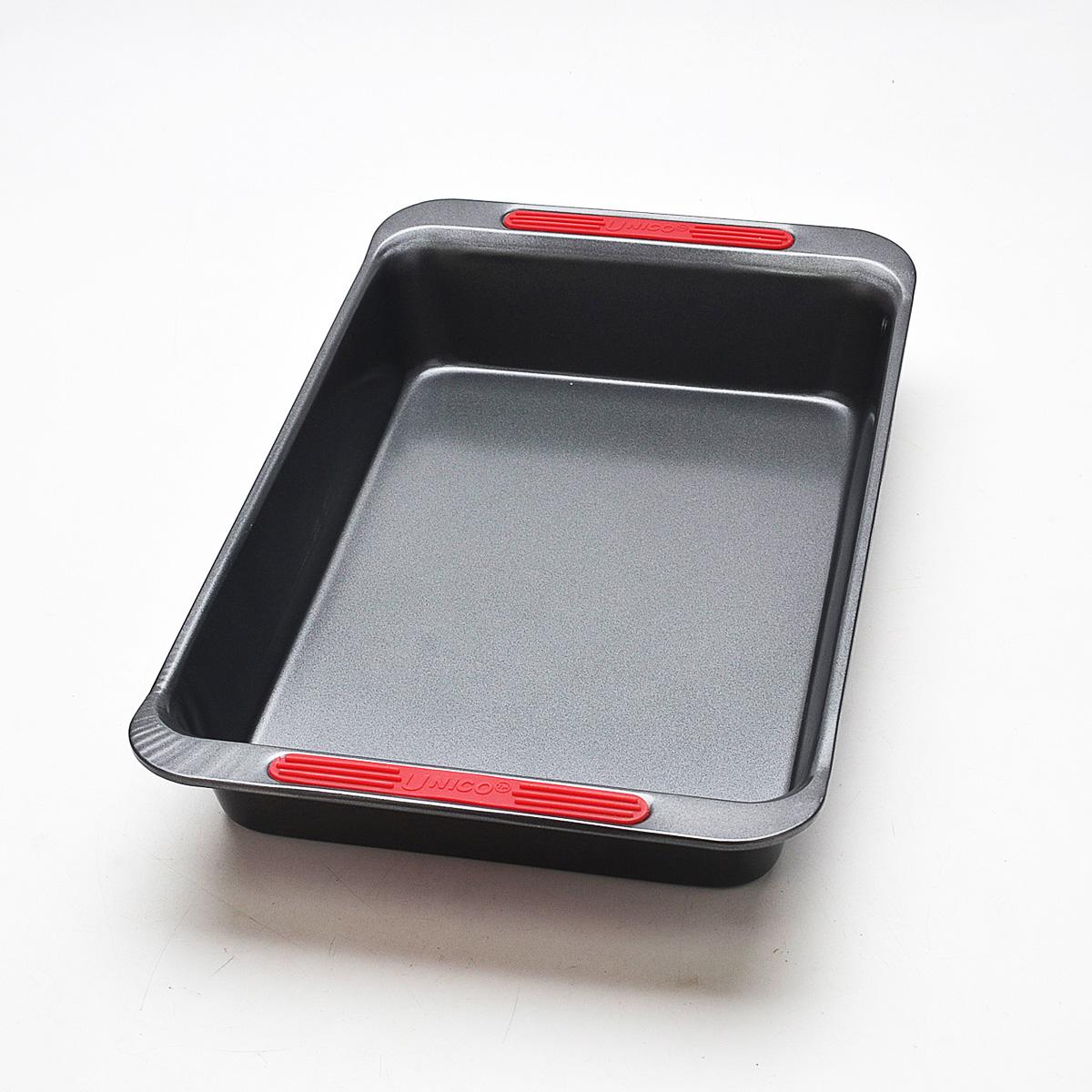 Форма для запекания Mayer & Boch Unico, прямоугольная, с антипригарным покрытием, 41 х 25 х 6,5 см21915Прямоугольная форма для запекания Mayer & Boch Unico изготовлена из высококачественной углеродистой стали с антипригарным покрытием, которое отличается экологичностью и безопасно для здоровья человека. Пища не пригорает, не липнет к стенкам и легко вынимается из формы. После использования форма легко чистится. Удобные ручки оснащены силиконовыми вставками, что позволит не использовать прихватки. Простая в уходе и долговечная в использовании форма станет верным помощником в создании ваших кулинарных шедевров. Подходит для использования в духовом шкафу. Не подходит для СВЧ-печей. Не рекомендуется мыть в посудомоечной машине. Используйте только деревянные и пластиковые лопатки. Размер (с учетом ручек): 41 см х 25 см. Размер (без учета ручек): 36 см х 23 см.Высота стенок: 6,5 см.