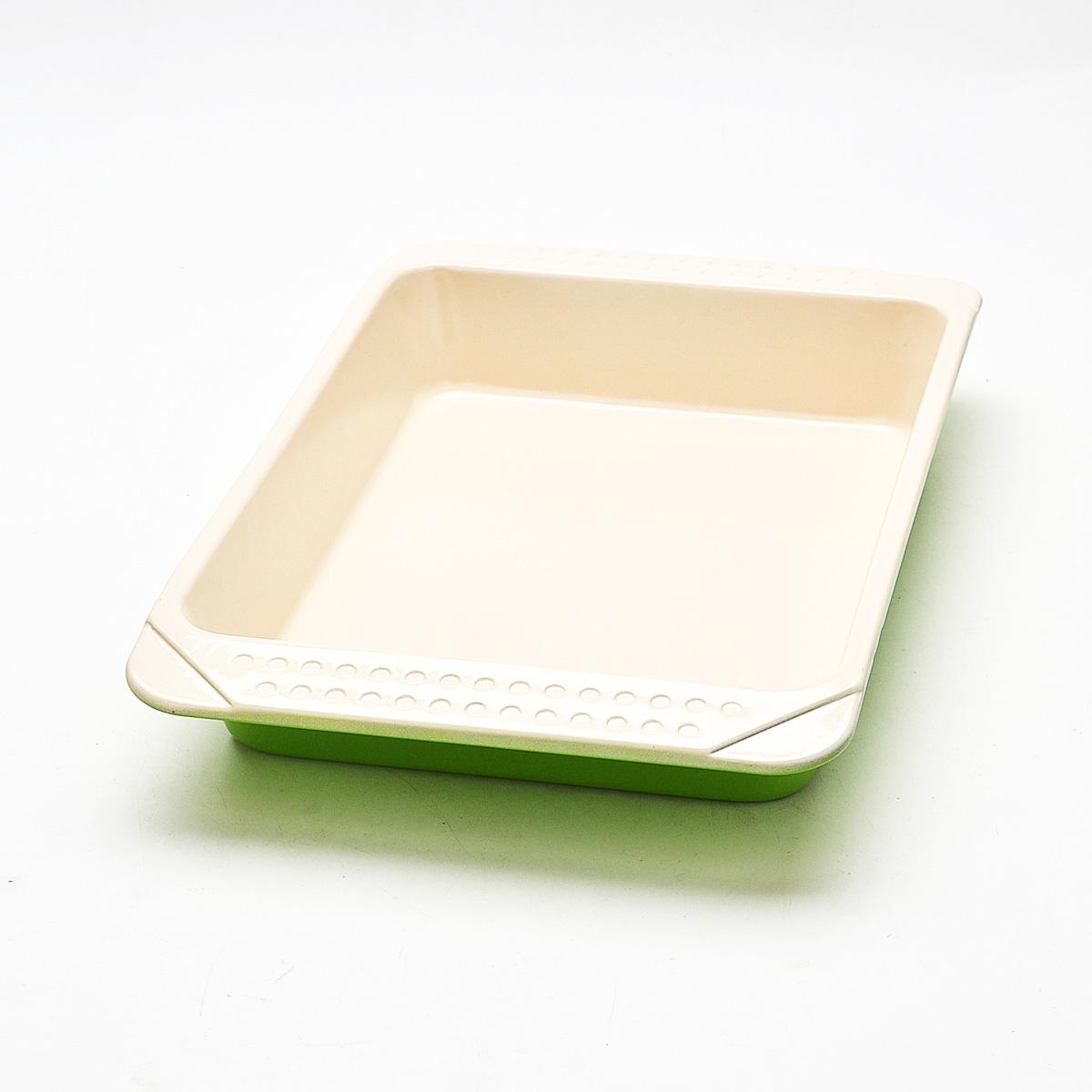 Противень Mayer & Boch, с керамическим покрытием, прямоугольный, цвет: зеленый, 41 см х 25 см х 6 см21997Противень Mayer & Boch изготовлен из высококачественной углеродистой стали с керамическим покрытием. Жаропрочное покрытие безопасно для человека, не содержит вредных примесей PFOA и PTFE. Простой в уходе и долговечный в использовании противень станет верным помощником в создании ваших кулинарных шедевров. Подходит для использования в духовом шкафу. Не подходит для СВЧ-печей. Не рекомендуется мыть в посудомоечной машине. Используйте только деревянные и пластиковые лопатки. Размер (с учетом ручек): 41 см х 27 см х 4,7 см. Размер (по внутреннему краю): 33 см х 23 см х 5,5 см.Высота стенок: 5,5 см.