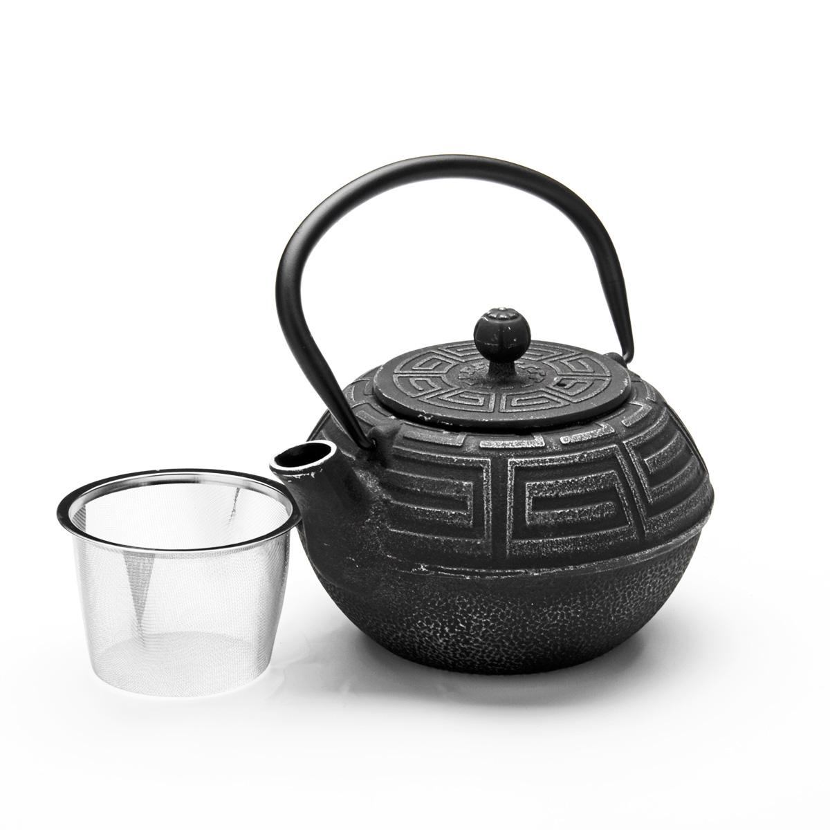 Чайник заварочный Mayer & Boch, чугунный, 1,5 л23697Чайник заварочный Mayer & Boch изготовлен из чугуна, внешние стенки оформлены изысканным рельефом. Чугун равномерно распределяет и сохраняет тепло, чугунный чайник может сохранить температуру чая до часа. Кремнийорганический термостойкий лак предотвращает появление ржавчины. Чайник оснащен прочной подвижной ручкой и съемным ситечком из нержавеющей стали. Чайник прекрасно подходит для сервировки стола.Диаметр чайника (по верхнему краю): 8,3 см. Высота стенки (без учета ручки): 9,5 см. Высота (с учетом ручки): 18 см. Высота ситечка: 6 см.
