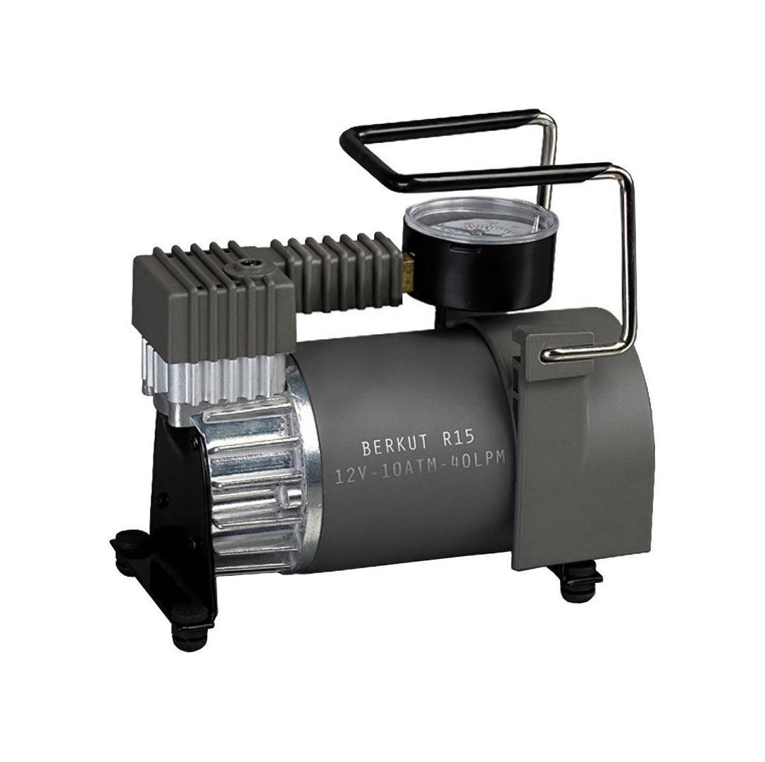 Компрессор автомобильныйBERKUT R15R15Высокая мощность в компактном корпусеАвтомобильный компрессор Berkut R15 подойдет не только рядовым автолюбителям, но и водителям микроавтобусов и другого коммерческого транспорта. Этот портативный и очень компактный аппарат демонстрирует высокую работоспособность. Мощный электродвигатель с постоянными магнитами обеспечивает производительность 40 л/мин и максимальное давление 10 атм. Шину легкового автомобиля этот «малыш» накачает за 90 секунд! Его можно непрерывно эксплуатировать в течение 30 мин.Защита от перегрева и точный контроль давленияКомпрессор Беркут R15 оснащен насосом поршневого типа, который не требует смазки. Надежность аппарата гарантирует износоустойчивое рабочее колесо из фторопласта, воздушные клапаны из высокопрочной нержавеющей стали, алюминиевый цилиндр. Насос имеет автоматическую защиту от перегрева. На корпусе установлен высокоточный двушкальный манометр. Длинный шланг снабжен навинчивающейся на ниппель колеса насадкой. Спускной клапан DEFLATOR позволяет точно отрегулировать давление в шинах.Подключение к клеммам АКБ или к прикуривателюБеркут Р15 изготовлен в прочном пыленепроницаемом корпусе. Он не подведет в условиях летней жары и суровой зимы. Компрессор подключается через гнездо прикуривателя с помощью длинного многожильного провода из меди со встроенным плавким предохранителем. В комплекте есть переходник с зажимами типа «крокодил» для подключения к аккумулятору напрямую. Набор дополнительных штуцеров позволяет накачивать велосипедные шины, резиновые надувные изделия и спортивные мячи. Упакованный в практичную сумку, он не займет много места в багажнике авто.