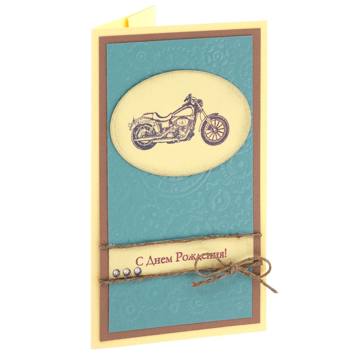 ОМ-0005 Открытка-конверт «С Днём Рождения!» (мотоцикл, св. желтая с бирюзовым фоном). Студия «Тётя Роза»АРТ 021-W_новыйХарактеристики: Размер 19 см x 11 см.Материал: Высоко-художественный картон, бумага, декор. Данная открытка может стать как прекрасным дополнением к вашему подарку, так и самостоятельным подарком. Так как открытка является и конвертом, в который вы можете вложить ваш денежный подарок или просто написать ваши пожелания на вкладыше.Сдержанная и немногословная открытка, как настоящий мужской характер. Неброская по цветовой гамме, но очень выразительная по дизайнерской идее, с легким налетом винтажа.Также открытка упакована в пакетик для сохранности. Обращаем Ваше внимание на то, что открытка может незначительно отличаться от представленной на фото.Открытки ручной работы от студии Тётя Роза отличаются своим неповторимым и ярким стилем. Каждая уникальна и выполнена вручную мастерами студии. (Открытка для мужчин, открытка для женщины, открытка на день рождения, открытка с днем свадьбы, открытка винтаж, открытка с юбилеем, открытка на все случаи, скрапбукинг)