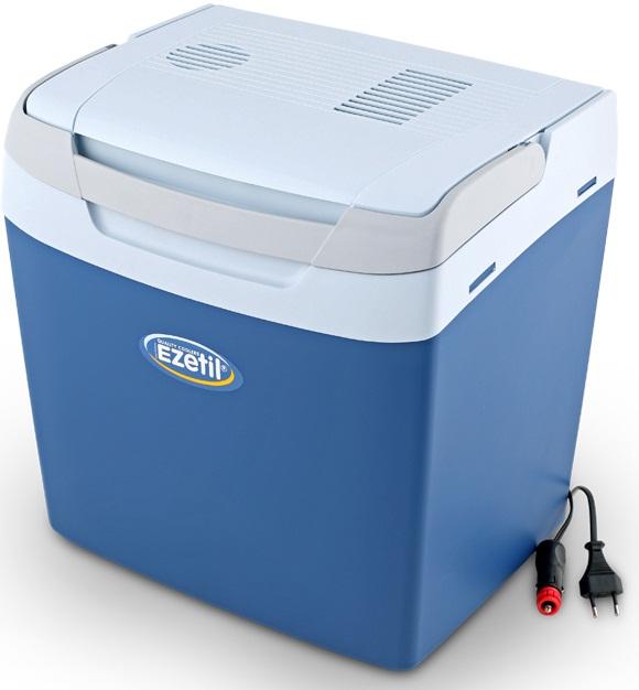 Термоэлектрический контейнер охлаждения Ezetil E32 М 12V, цвет: синий, 29 л776940Термоэлектрический контейнер охлаждения Ezetil предназначен для использования в салоне автомобиля в качестве портативного холодильника. Контейнер выполнен из высококачественного пластика, корпус гладкий, эргономичного дизайна, ударопрочный. Принцип действия термоэлектрического контейнера (холодильника) основан на свойстве полупроводниковых пластин, это свойство получило название эффект Пельтье. При протекании тока через полупроводниковую пластину одна сторона ее охлаждается (этой стороной пластина обращена внутрь контейнера), другая сторона - нагревается (эта сторона обращена наружу и охлаждается вентилятором). Дополнительный внутренний вентилятор в холодильной камере обеспечивает быстрое и равномерное охлаждение. Мощная, не нуждающаяся в техобслуживании охлаждающая система Peltier гарантирует оптимальную производительность по холоду. Действенная изоляция с наполнителем из пеноматериала поддерживает в холодном состоянии пищу и напитки в течение длительного времени в т.ч. и без подачи электроэнергии. Для повышения эффективности термоэлектрического контейнера (холодильника), а также когда он не подключен к сети (например, на даче, на пикнике) внутрь автохолодильника можно поместить аккумуляторы холода (в комплект не входят). Специальная уплотнительная резина в крышке уменьшает образование конденсата в холодильной камере. Это особенно важно при охлаждении продуктов питания. Контейнер работает от бортовой сети автомобиля 12В. Шнур питания вмонтирован в специальный отсек на верхней части крышки. Контейнер имеет широко открывающуюся крышку для легкого доступа к продуктам и усиленную подвижную ручку. Крышка плотно и герметично закрывается. Контейнер очень вместительный: в него с легкостью вместятся 5 бутылок по 2 л или 36 алюминиевых банок по 0,33 л. Такой контейнер можно взять с собой куда угодно: на отдых, пикник, кемпинг, на дачу, на рыбалку или охоту и т.д. Идеальный вариант для отдыха все