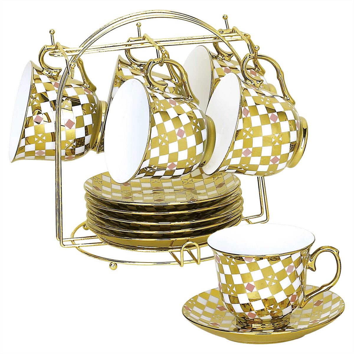 Набор чайный Bekker, 13 предметов. BK-5920 (8)BK-5920 (8)Чайный набор Bekker состоит из шести чашек и шести блюдец. Предметы набора изготовлены из высококачественного фарфора и украшены золотистой эмалью. Яркий орнамент в шахматном стиле придает набору изысканный внешний вид. В комплекте - металлическая хромированная подставка золотистого цвета с шестью крючками для подвешивания кружек и подставкой для блюдец.Чайный набор яркого и в тоже время лаконичного дизайна украсит интерьер кухни. Прекрасно подойдет как для торжественных случаев, так и для ежедневного использования.Подходит для мытья в посудомоечной машине. Объем чашки: 220 мл. Диаметр чашки (по верхнему краю): 9 см. Высота чашки: 7,5 см. Диаметр блюдца: 14 см. Размер подставки: 19 см х 19 см х 21 см.