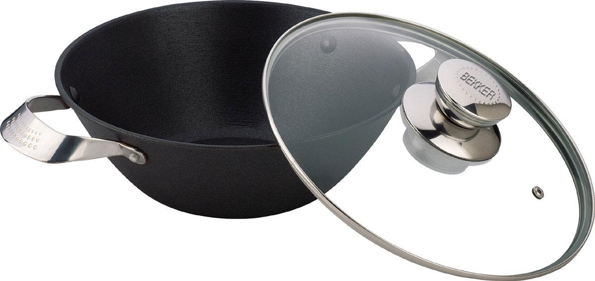 Котелок чугунный Bekker Koch с крышкой, с антипригарным покрытием, 4,3 л. BK-648BK-648Котелок Bekker Koch изготовлен из чугуна. Котелок идеально подходит для приготовления вкусных тушеных блюд.Котел оснащен двумя прочными ручками из нержавеющей стали. Крышка изготовлена из жаропрочного стекла и оснащена отверстием для выпуска пара и металлическим ободом. Такая крышка позволяет следить за процессом приготовления пищи без потери тепла. Она плотно прилегает к краю котла, сохраняя аромат блюд.Чугун является традиционным высокопрочным, экологически чистым материалом. Причем, чем дольше и чаще вы пользуетесь этой посудой, тем лучше становятся ее свойства. Высокая теплоемкость чугуна позволяет ему сильно нагреваться и медленно остывать, а это, в свою очередь, обеспечивает равномерное приготовление пищи. Чугун не вступает в какие-либо химические реакции с пищей в процессе приготовления и хранения, а плотное покрытие - безупречное препятствие для бактерий и запахов. Пища, приготовленная в чугунной посуде, благодаря экологической чистоте материала не может нанести вред здоровью человека. Котел можно использовать на газовых, электрических, стеклокерамических, галогенных, индукционных плитах. Рекомендуется ручная чистка. Можно использовать в духовом шкафу. Не подходит для СВЧ-печей. Толщина стенки: 4 мм. Диаметр: 30 см. Высота стенки: 11 см. Толщина дна: 0,5 см. Длина котелка (с учетом ручек): 43,5 см.