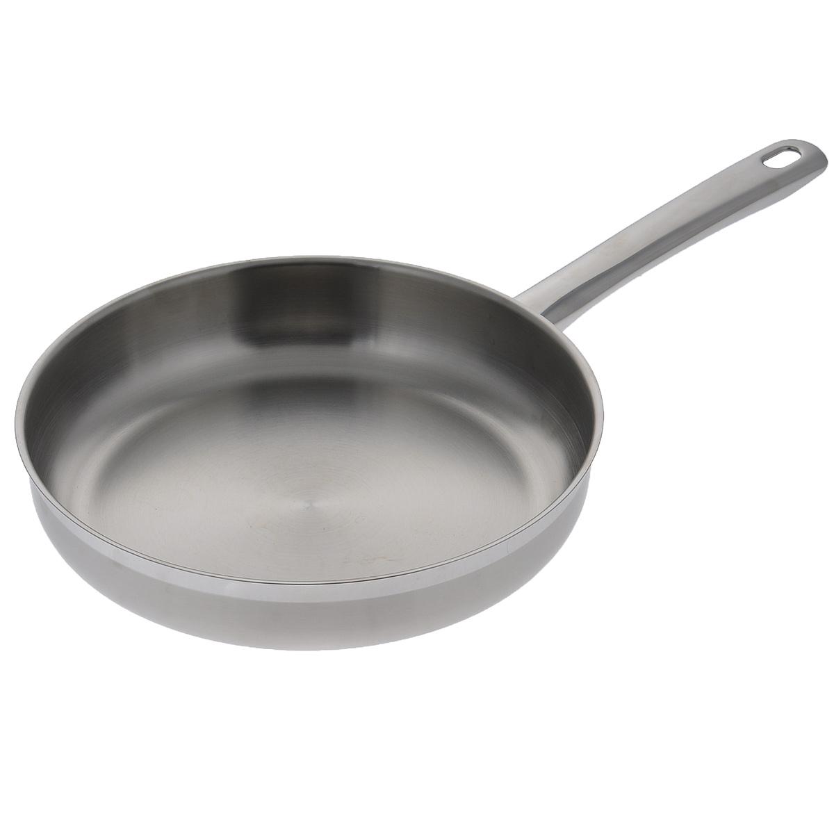 """Сковорода Silampos """"Европа"""" изготовлена из высококачественной нержавеющей стали.  Комбинация зеркальной и матовой полировки придает посуде стильный внешний вид.  Термическое дно """"Impact Disc Plus"""" выдерживает температуру до двух раз превосходящую  максимальную температуру, необходимую для приготовления пищи. Изделие оснащено  прочной стальной ручкой. Специальные изогнутые бортики посуды обеспечивают легкое и  аккуратное выливание жидкости.  Можно использовать на газовой, электрической, стеклокерамической, галогеновой,  индукционной плите. Можно мыть в посудомоечной машине.   Посуда Silampos производится с использованием самых последних достижений в области производства изделий из нержавеющей стали. Алюминиевый диск инкапсулируется между дном кастрюли и защитной оболочкой из нержавеющей стали под давлением 1500 тонн. Этот высокотехнологичный процесс устраняет необходимость обычной сварки, ахиллесовой пяты многих производителей товаров из нержавеющей стали. Вместо того, чтобы сваривать две металлические детали вместе, этот процесс соединяет алюминий и нержавеющей стали в единое целое. Метод полной инкапсуляции позволяет с абсолютной надежностью покрыть алюминиевый диск нержавеющей сталью. Это делает невозможным контакт алюминиевого диска с открытым огнем и активной средой некоторых моющий средств. Посуда Silampos является лауреатом многочисленных Португальских и Европейских конкурсов, и по праву сохраняет лидирующие позиции на рынке кухонной посуды в Европе и мире.  Посуда изготовлена из нержавеющей стали с добавлением 18% хрома и 10% никеля. Посуду можно мыть в посудомоечной машине, использовать на всех видах плит (газовые, электрических, керамических и индукционных). Оснащена специальным алюминиевым диском - Impact Disk, разработанным с применением передовой технологии соединения диска с дном кастрюли и защитной оболочкой из нержавеющей стали под высоким давлением. Выдерживают температуру до 600°С. Использование алюминиевого жарораспределяющего диска позволяет значи"""