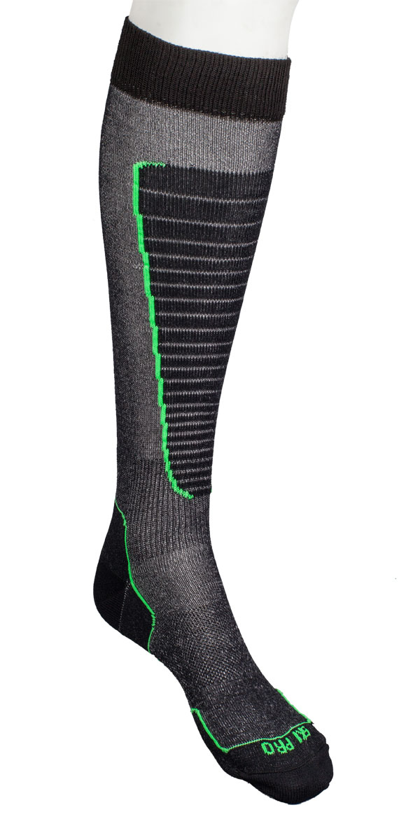Носки горнолыжные Mico, цвет: черный, зеленый. 0230_155. Размер M (38/40)0230_155- Носок очень мягкий.- Идеально подходит для горнолыжных ботинок с термо-формовкой. - Дополнительная защита голени. - Мягкая резинка по верху носка не сжимает ногу и не дает ощущения сдавливания даже при длительном использовании. - Специальное плетение в области стопы фиксирует ногу при занятиях спортом и ходьбе и не дает скользить стопе вперед. Итальянская компания MICO один из ведущих производителей носков и термобелья на Европейском рынке для занятий различными видами спорта. Носки предназначены для для занятий различными видами спорта, в том числе для носки в городе в очень холодную погоду.