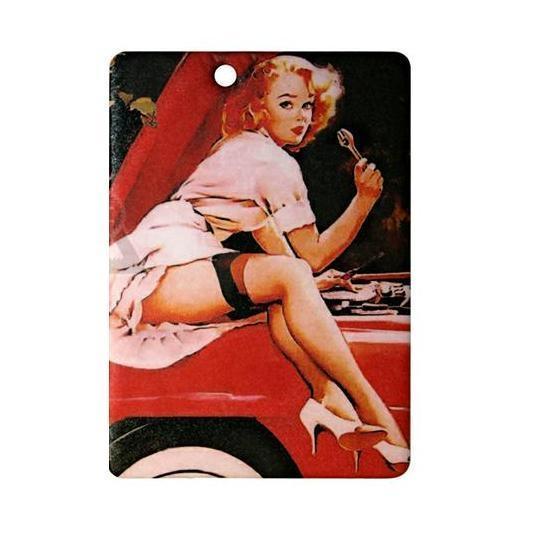 Ароматизатор Phantom Pin Up Sindy3268Ароматизатор Phantom Pin Up Sindy имеет пряный аромат сандала и имбиря. Предназначен для автомобиля, а также для небольших помещений. Выполнен из картона и снабжен специальной нитью для подвешивания. Аромат держится до 40 дней. Серия выполнена в известном стиле американской графики Pin Up, популярность которого не угасает с 40-х годов. Уникальный дизайн, нет аналогов на рынке! Высокое качество печати. Очаровательные сюжеты этой серии никого не оставят равнодушными! Ароматизаторы Phantom создают в салоне автомобиля благоприятную и непринужденную атмосферу, как для водителя, так и для пассажиров. В отличие от традиционных освежителей воздуха, Phantom обладают не только превосходными ароматами, но и стильным и приятным дизайном. Качество ароматизаторов Phantom постоянно поддерживается на высоком уровне, а в производстве ароматов используется только качественные ингредиенты. Состав: картон, ароматическая отдушка. Размер ароматизатора: 6 см х 8,5 см.