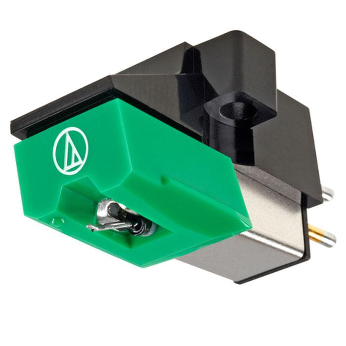 Audio-Technica AT95EBL головка звукоснимателя10102273Звукосниматель MM-типа Audio-Technica AT95EBL является в настоящее время весьма популярным на рынке, и очень часто устанавливается в качестве базовой головки на проигрывателях многих изготовителей.Этот звукосниматель имеет стандартные параметры, что делает его совместимым с самыми различными тонармами и предусилителями-корректорами. Оптимальное входное сопротивление фонокорректора для точного согласования с головкой Audio-Technica AT95EBL составляет 47 кОм.Звукосниматель оснащен такой же двойной магнитной системой, что и знаменитые головки Audio-Technica AT440MLa и AT150MLX, но предлагается по гораздо более доступной цене. AT95EBL оснащен сменной алмазной иглой ATN95 с эллиптической заточкой, и обеспечивает выходное напряжение в 3,5 милливольта. Головка обладает широкими динамическим и частотным диапазонами, и, не смотря на весьма скромную стоимость, обеспечивает очень хорошее качество звучания. Она представляет собой достойный выбор для начинающих меломанов, которые хотели бы с первых шагов приобщиться к по-настоящему качественному аналоговому звуку.Звукосниматель имеет практически нейтральный тональный баланс, и, при правильной настройке, обеспечивает широкую стереокартину с минимальным уровнем шумов и искажений. Audio-Technica AT95EBL можно с успехом использовать не только с проигрывателями винила начального уровня, но и со многими моделями вертушек среднего класса. Головка отличается хорошо проработанными басами и четкой передачей ритма, что наверняка понравится поклонникам современной электронной музыки.Головка выполнена в корпусе из качественного пластика, и имеет крепление 1/2 дюйма. Скромный внешний вид звукоснимателя Audio-Technica AT95EBL не должен вводить в заблуждение меломанов – это весьма качественная головка от авторитетного изготовителя, имеющего серьезные технологические наработки в создании техники этого класса. Кроме того, звукосниматель отличается высокой надежностью и точным трекингом, настрой