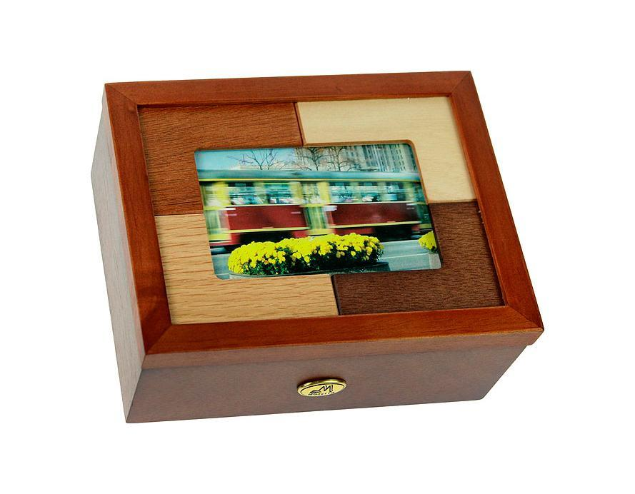 Шкатулка ювелирная Moretto, цвет: светло-коричневый, 20 см х 16 см х 7 см. 3818938189Русские подарки MORETTO 38189 - это шкатулка для ювелирных изделий, которая изготовлена из качественного материала. Данная модель послужит оригинальным и функциональным подарком для человека, ценящего практичные и полезные вещи. Характеристики:Материал: МДФ, стекло, текстиль. Размер шкатулки: 20 см х 16 см х 7 см. Размер фотографии для фоторамки: 18 см х 13 см.Цвет: светло-коричневый.