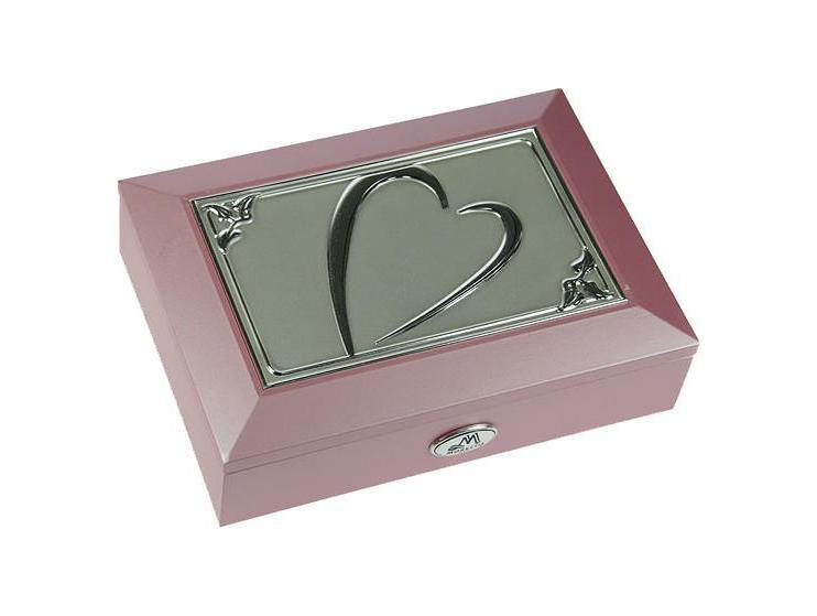 Шкатулка ювелирная Moretto, цвет: розовый, 18 см х 13 см х 5 см. 3991739917Шкатулка Русские подарки MORETTO 39917 - это оригинальный и стильный подарок. Эта модель сохранит ваши ювелирные изделия в первозданном виде. С такой шкатулкой вы сможете внести в интерьер частичку элегантности. Характеристики:Материал: МДФ, металл (алюминий), стекло, текстиль, ПМ. Размер шкатулки: 18 см х 13 см х 5 см. Размер отделения шкатулки (Д х Ш х Г): 5 см х 10,5 см х 3 см. Размер зеркала: 12 см х 7 см. Размер упаковки: 19 см х 14 см х 6 см. Артикул: 39917.