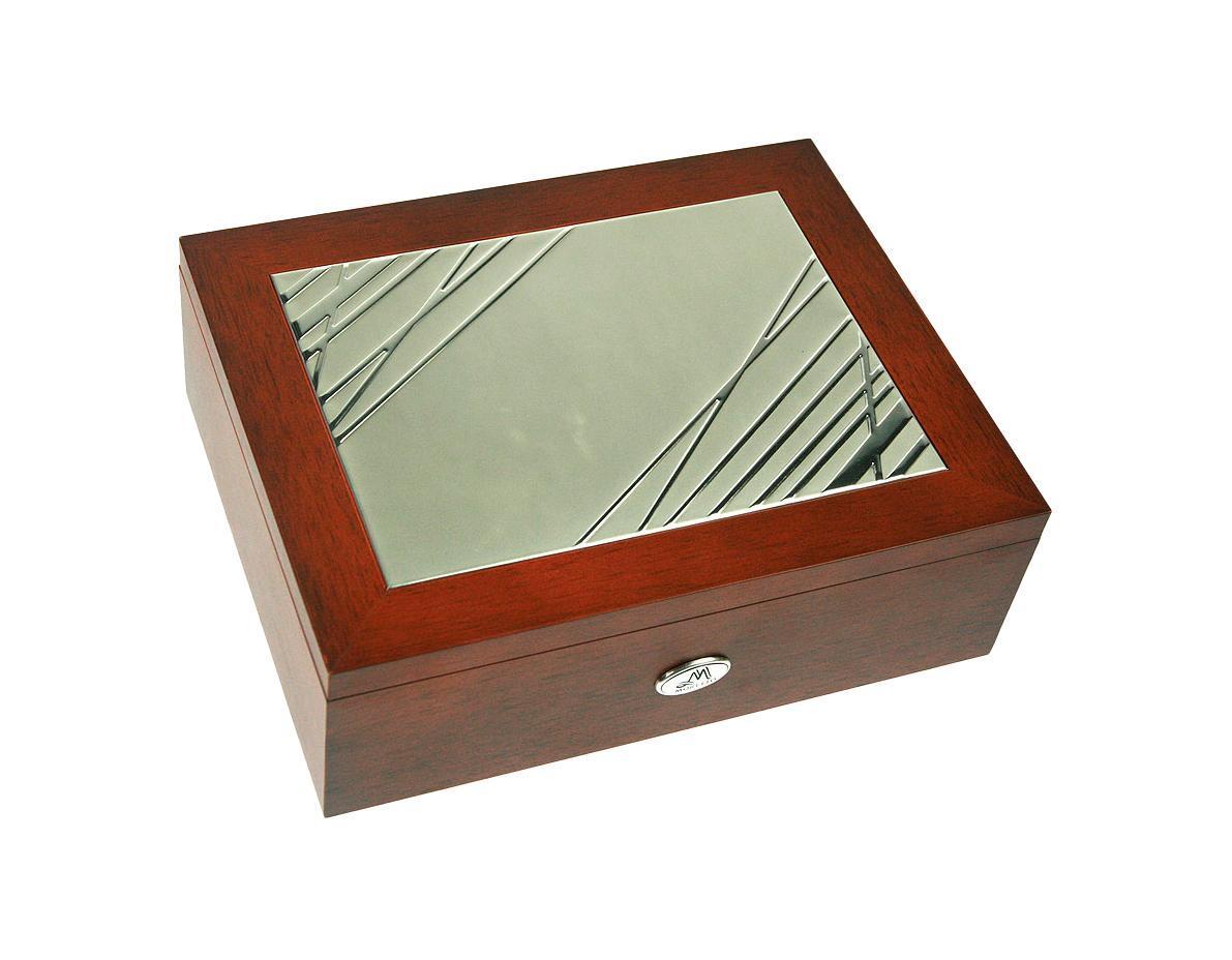 Шкатулка Русские подарки MORETTO 139543 сохранит ваши ювелирные изделия в первозданном виде. С ней вы сможете внести в интерьер частичку элегантности. Данная модель выполнена из качественных материалов и станет оригинальным подарком. Характеристики: Материал: дерево (МДФ), металл (алюминий), текстиль. Цвет: коричневый. Размер шкатулки (ДхШхВ): 24 см х 19 см х 8 см.