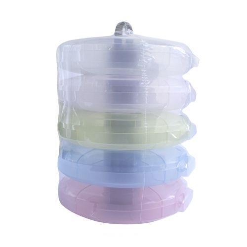 Контейнер для мелочей изготовлен из прозрачного пластика, что позволяет видеть содержимое. Внутри содержится 25 ячеек для хранения мелких принадлежностей. Крышка плотно закрывается. Такой контейнер поможет держать вещи в порядке. Идеально подходит для хранения принадлежностей для шитья и других мелких бытовых предметов.