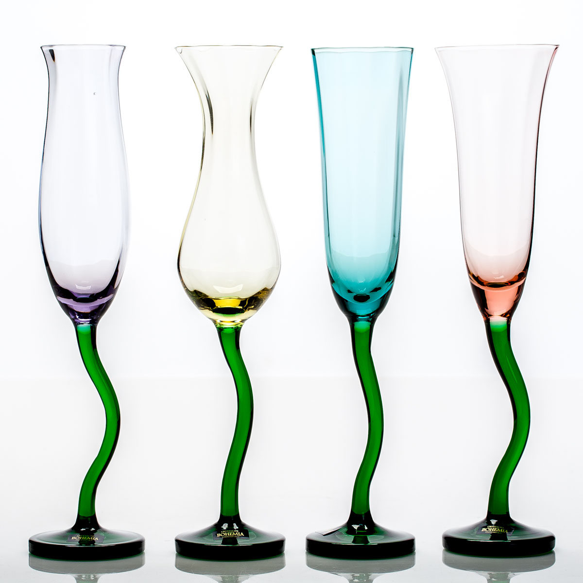 """Набор фужеров для шампанского """"Цветы"""", состоящий из двух фужеров,  несомненно, придется вам по душе. Они изготовлены из прочного  высококачественного прозрачного стекла. Фужеры сочетают в себе элегантный  дизайн и функциональность. Благодаря такому набору пить напитки будет еще  вкуснее."""