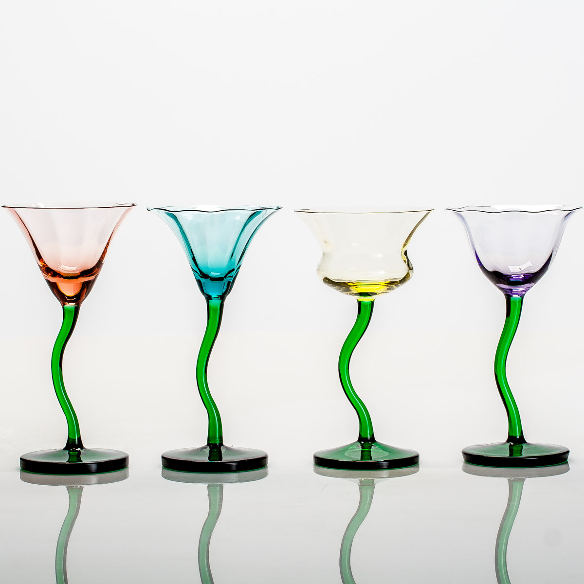 """Набор фужеров для мартини """"Цветы"""", состоящий из четырех фужеров,  несомненно, придется вам по душе. Они изготовлены из прочного  высококачественного прозрачного стекла. Фужеры сочетают в себе элегантный  дизайн и функциональность. Благодаря такому набору пить напитки будет еще  вкуснее."""