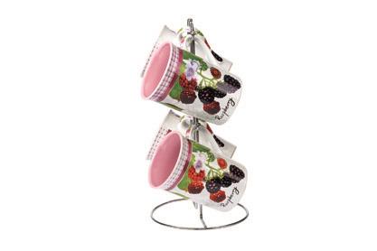 Набор кружек Shenzhen Xin Tianli Ежевика, на подставке, 5 предметовSXT M411-14Набор Shenzhen Xin Tianli Ежевика состоит из четырех кружек, расположенных на металлической подставке. Предметы набора изготовлены из высококачественной глазурованной керамики и оформлены рисунком в виде ягод.Можно мыть в посудомоечной машине.