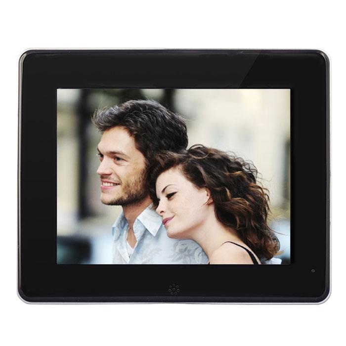 Rekam DejaView SL885 цифровая рамкаSL885Цифровая фоторамка Rekam DejaView SL885 имеет удобный корпус - тонкую, стильную панель с металлическойокантовкой и устойчивой, компактной подставкой, уже ставший хитом для фоторамок данной серии. Главноепреимущество новой фоторамки - яркий 8-дюймовый HD-экран с разрешением 1024 x 768 точек. Удобное, понятноеменю фоторамки позволяет легко ориентироваться в архиве фотографий. Поддержка карт памяти и USB разъемпозволяют просматривать большое количество фотографий в формате JPG. Изображения можно смотреть врежиме слайд-шоу, добавлять эффекты перехода или листать самостоятельно. Дополнительные функции даютвозможность использовать фоторамку как настольные часы и календарь с одновременным показом фотографий.