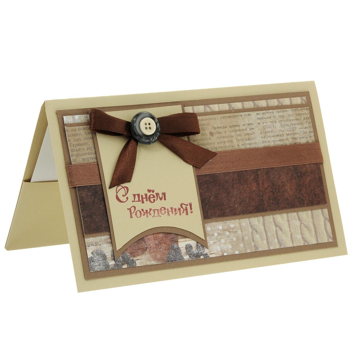 ОМ-0013 Открытка-конверт «Поздравляем!». Студия «Тётя Роза»123434Характеристики: Размер 19 см x 11 см.Материал: Высоко-художественный картон, бумага, декор. Данная открытка может стать как прекрасным дополнением к вашему подарку, так и самостоятельным подарком. Так как открытка является и конвертом в который вы можете вложить ваш денежный подарок или просто написать ваши пожелания на вкладыше. Конверт выполнен в старинном винтажном стиле.Дизайн построен на сочетании коричневых оттенков.В лицевой части поздравления использованы различные принты, напоминающие своими рисунком разно-фактурные материалы. Атласная лента, бант и пуговицы выразительно декорируют общую идею. Также открытка упакована в пакетик для сохранности.Обращаем Ваше внимание на то, что открытка может незначительно отличаться от представленной на фото.Открытки ручной работы от студии Тётя Роза отличаются своим неповторимым и ярким стилем. Каждая уникальна и выполнена вручную мастерами студии. (Открытка для мужчин, открытка для женщины, открытка на день рождения, открытка с днем свадьбы, открытка винтаж, открытка с юбилеем, открытка на все случаи, скрапбукинг)