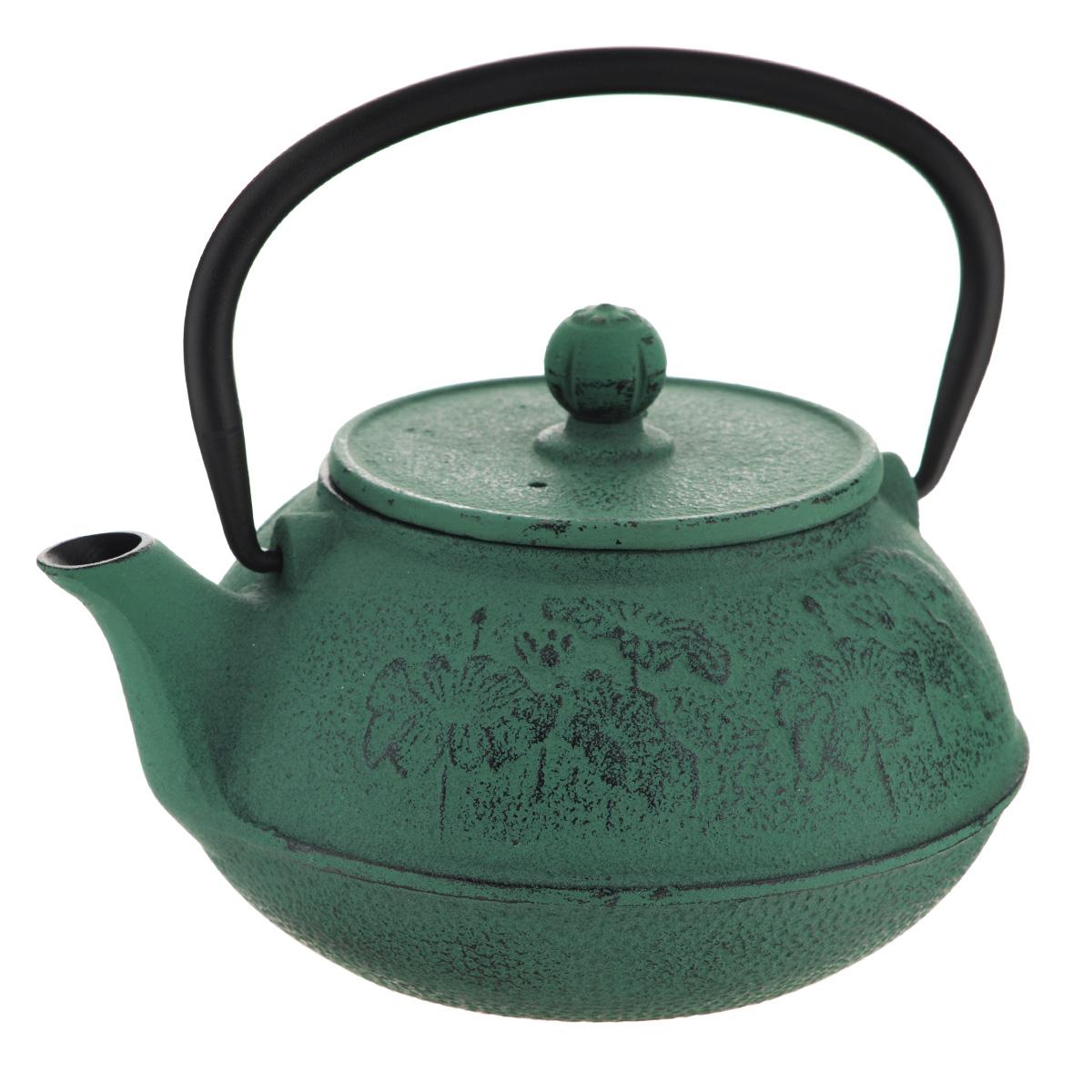 """Чайник заварочный Mayer & Boch """"Маки"""" изготовлен из чугуна - экологически чистого материала, который не тускнеет и не деформируется и декорирован рельефом в форме цветов. Он долговечен и устойчив к воздействию высоких температур. Внешнее покрытие кремнийорганический термостойкий лак. Главное достоинство чугунного чайника - способность длительно сохранять тепло, чай в таком чайнике сохраняет свой вкус и свежий аромат долгое время. Чайник оснащен прочной металлической ручкой. В комплекте - ситечко из нержавеющей стали, которое задерживает чаинки и предотвращает их попадание в чашку.  Восточный стиль, приятная цветовая гамма и оптимальный объем делают чайник """"Mayer & Boch"""" удобным и оригинальным аксессуаром, который прекрасно подойдет как для ежедневного использования, так и для специальной чайной церемонии.   Высота чайника (без учета крышки и ручки): 8,5 см. Диаметр чайника (по верхнему краю): 9 см. Диаметр основания чайника: 10 см. Размер ситечка: 8,5 см х 8,5 см х 6 см."""