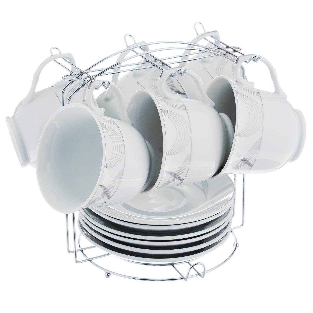 """Чайный набор """"Bekker"""" состоит из 6 чашек, 6 блюдец и металлической подставки. Изделия выполнены из высококачественного фарфора белого цвета, украшенного изящными узорами серебристой эмалью. Для предметов набора предусмотрена специальная металлическая подставка с крючками для чашек и подставкой для блюдец.  Изящный чайный набор прекрасно оформит стол к чаепитию и станет замечательным подарком для любой хозяйки.   Можно мыть в посудомоечной машине.    Объем чашки: 220 мл.  Диаметр чашки (по верхнему краю): 9 см.  Высота чашки: 7,5 см.  Диаметр блюдца: 14 см."""