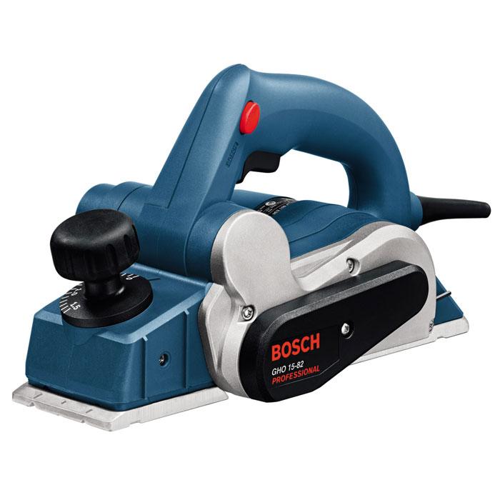 Электрорубанок Bosch GHO 15-82 Professional0601594003Bosch GHO 15-82 - электрорубанок с фирменным ножом Woodrazor, который можно легко установить и отрегулировать для снятия слоя необходимой толщины (макс. 1,5 мм). Область применения данного аппарата — тонкая обработка древесины в условиях деревообрабатывающей мастерской. Инструмент удобен в обращении — кнопка блокировки включения расположена по обеим сторонам рукоятки, поэтому рубанком легко управлять как левшам, так и правшам. Автоматический башмак необходим для защиты детали. Он срабатывает при отстранении рубанка от обрабатываемой поверхности — инструмент «приподнимается» так, чтобы лезвие не касалось заготовки. Стружка и опилки отводятся через патрубок с закрепленным на нем пылесборным мешком (поставляется в комплекте).Номинальная потребляемая мощность: 600 Вт