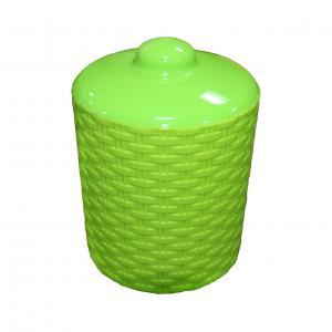 Банка для сыпучих продуктов Альтернатива Плетенка, цвет: зеленый, 1 лМ2528Банка для сыпучих продуктов Альтернатива Плетенка изготовлена из высококачественного яркого пластика. Изделие оснащено плотно закрывающейся пластиковой крышкой. Благодаря плотному соединению крышка герметична. Банка прекрасно подходит для хранения чая, кофе, сахара, специй, орехов и других сыпучих продуктов.Объем банки: 1 л. Диаметр: 11 см. Высота (без учета крышки): 11,5 см.