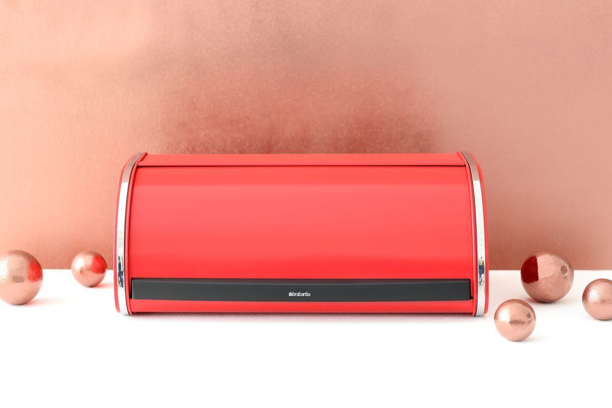 Хлебница Brabantia, цвет: красный. 484001484001Компактная хлебница со сдвигающейся крышкой – не требуется дополнительное пространство при открывании. Плоская верхняя поверхность обеспечивает дополнительное место для хранения. Большая вместимость – достаточно места для двух больших буханок. Рифленая внутренняя поверхность дна улучшает циркуляцию воздуха внутри хлебницы. Пластиковый ограничитель с внутренней стороны обеспечивает бесшумное закрывание.