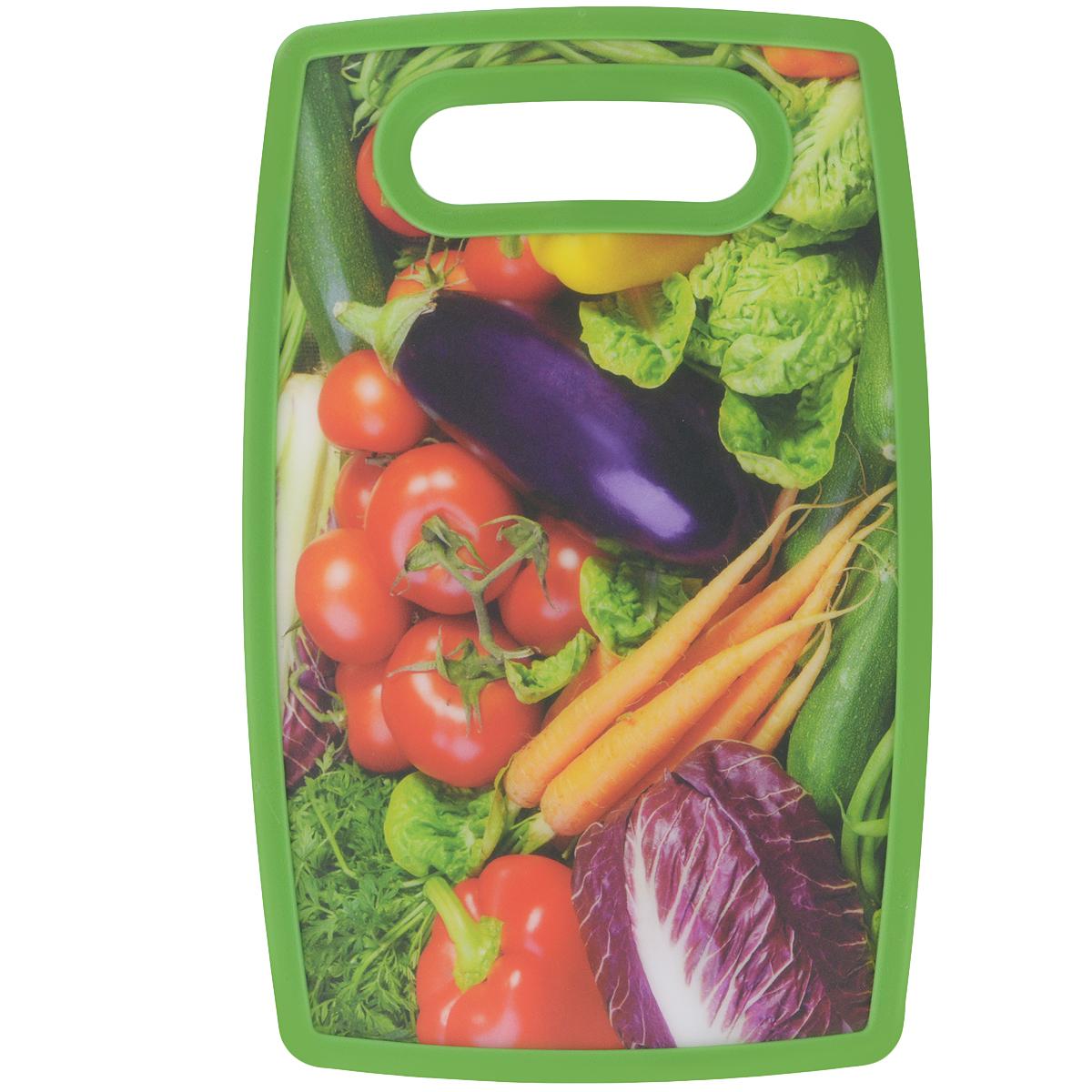 Доска разделочная LaraCook Овощи, 20 см х 30 смLC-1115Доска разделочная LaraCook Овощи, изготовленная из устойчивого к истиранию пластика, займет достойное место среди аксессуаров на вашей кухне. С одной стороны доска имеет однотонное пластиковое покрытие, а с другой декорирована изображением овощей. Доска имеет высокий коэффициент жесткости и прекрасно подойдет для нарезки любых продуктов. Устойчива к деформации и высоким температурам.Можно мыть в посудомоечной машине.