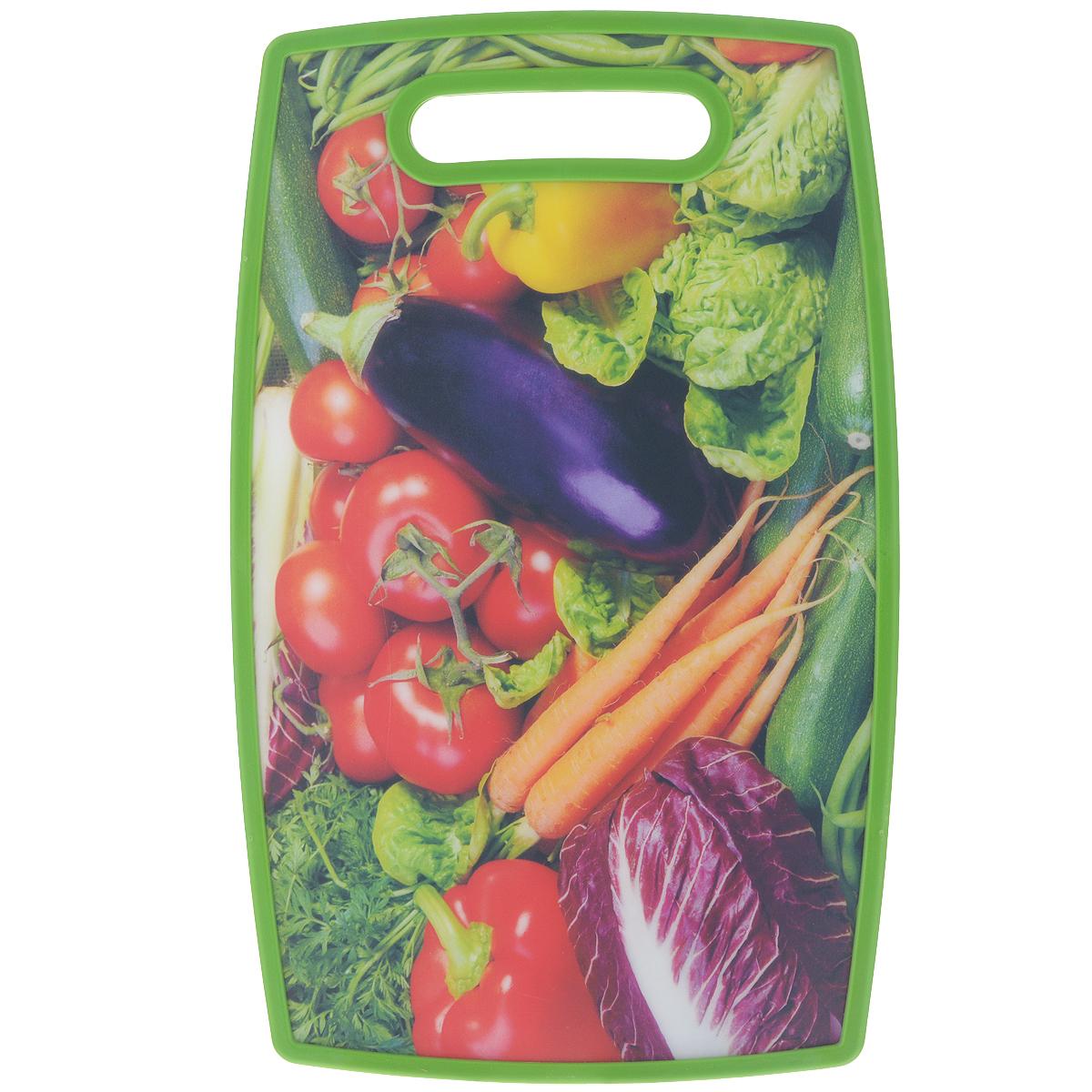 Доска разделочная LaraCook Овощи, 23 х 37 смLC-1114Доска разделочная LaraCook Овощи, изготовленная из устойчивого к истиранию пластика, займет достойное место среди аксессуаров на вашей кухне. С одной стороны доска имеет однотонное пластиковое покрытие, а с другой декорирована изображением овощей. Доска имеет высокий коэффициент жесткости и прекрасно подойдет для нарезки любых продуктов. Устойчива к деформации и высоким температурам.Можно мыть в посудомоечной машине.