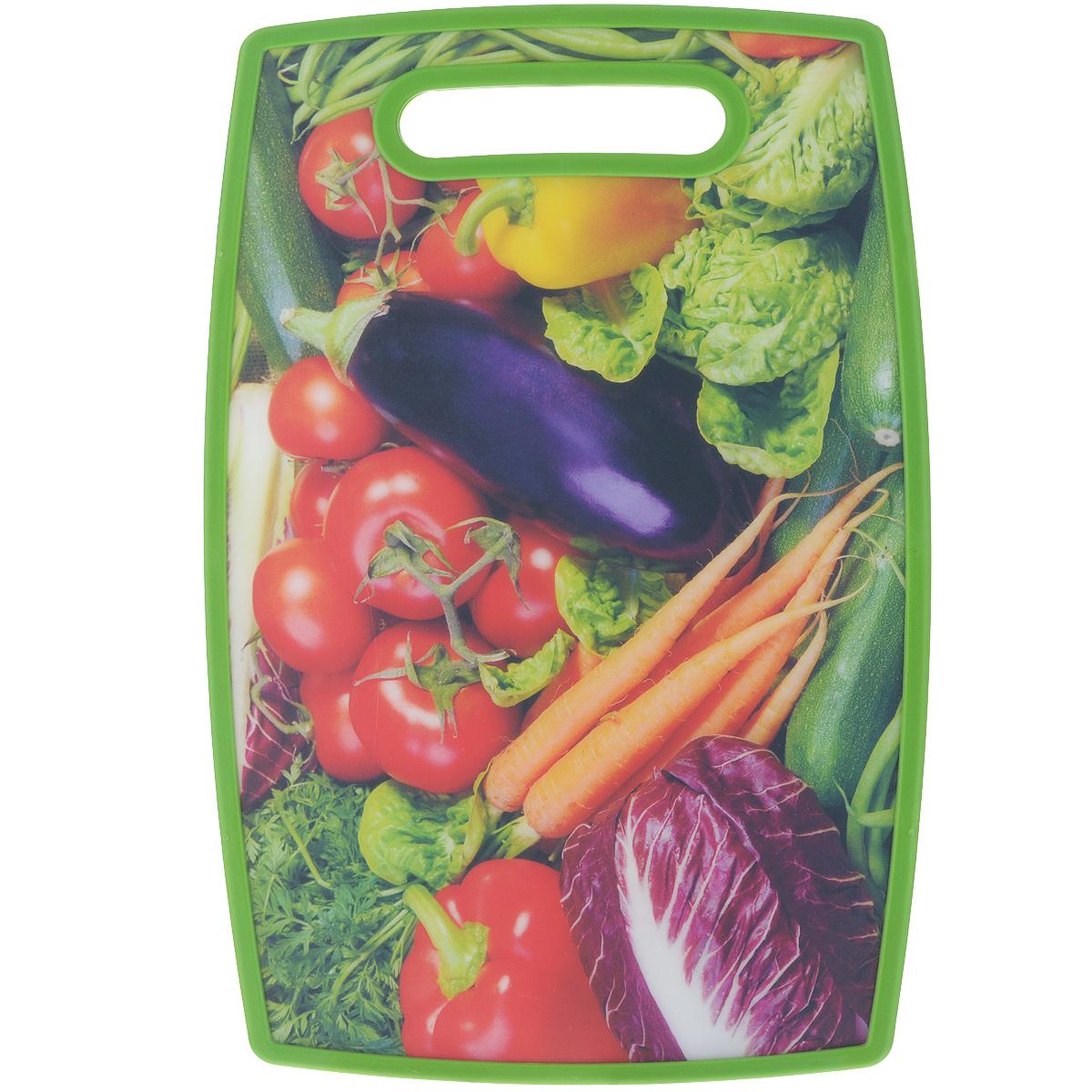 Доска разделочная LaraCook Овощи, 16 х 25 смLC-1116Доска разделочная LaraCook Овощи, изготовленная из устойчивого к истиранию пластика, займет достойное место среди аксессуаров на вашей кухне. С одной стороны доска имеет однотонное пластиковое покрытие, а с другой декорирована изображением овощей. Доска имеет высокий коэффициент жесткости и прекрасно подойдет для нарезки любых продуктов. Устойчива к деформации и высоким температурам.Можно мыть в посудомоечной машине.