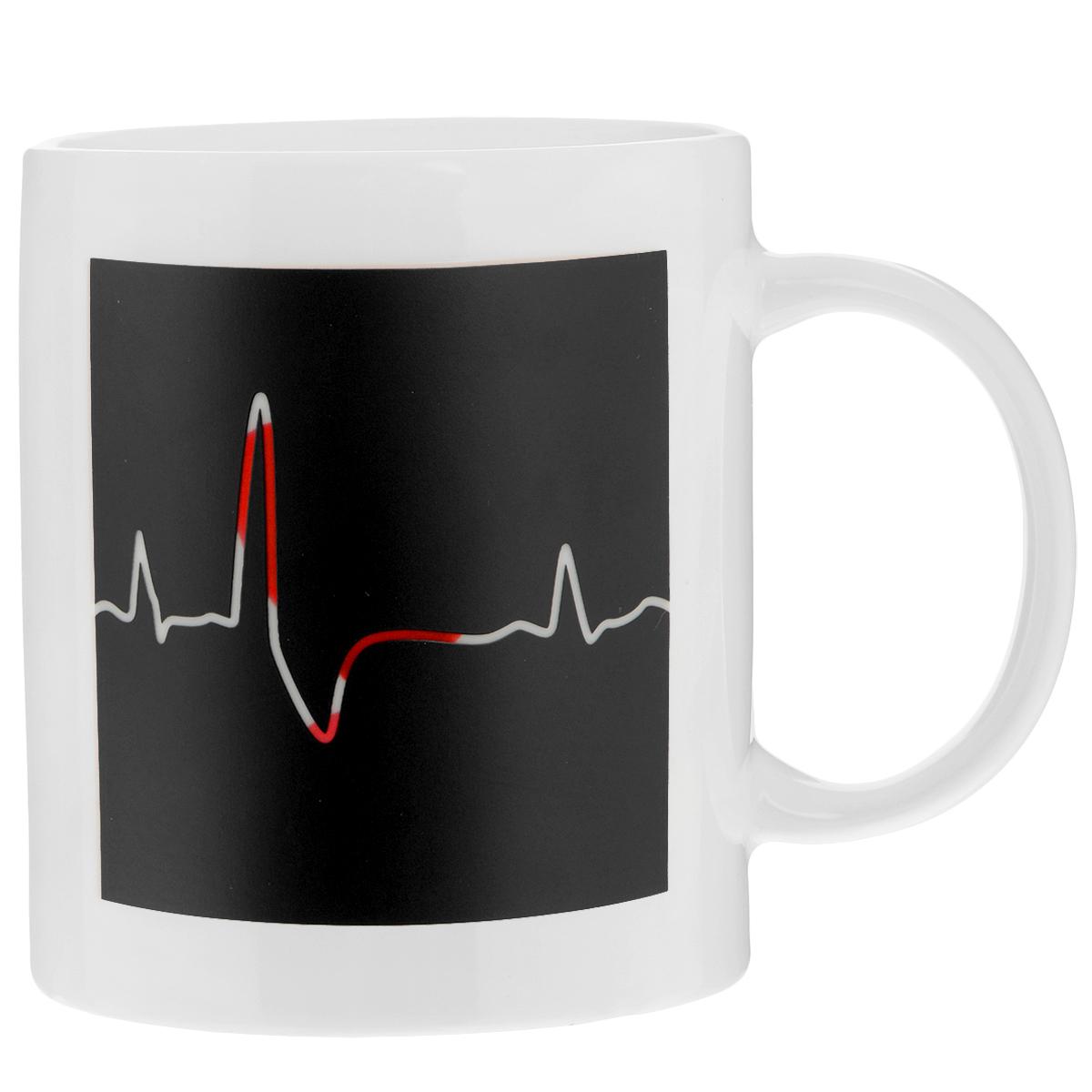 Кружка Биение сердца, 350 мл96312Кружка-хамелеон Биение сердца выполнена из высококачественного фарфора. Изменяет рисунок при нагреве. В холодном состоянии на кружке нарисовано графическое изображение биения сердца. Если в нее налить горячий напиток, то рисунок меняет цвет с темного на светлый, а на светлом поле проявляется рисунок красного сердца и надпись I Love U.Такой подарок станет не только приятным, но и практичным сувениром: кружка станет незаменимым атрибутом чаепития, а оригинальный дизайн вызовет улыбку.Нельзя мыть в посудомоечной машине. Можно использовать в микроволновой печи. Диаметр по верхнему краю: 8 см. Высота кружки: 9,5 см. Объем: 350 мл.