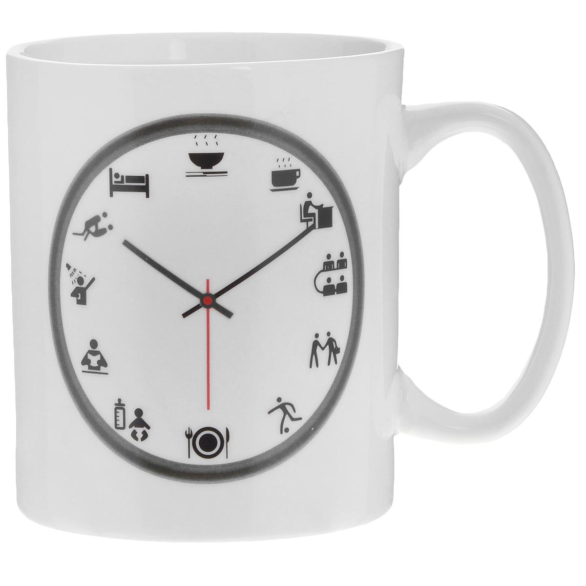 Кружка Личное время, 300 мл96303Кружка-хамелеон Личное время выполнена из высококачественного фарфора. Изменяет рисунок при нагреве. В холодном состоянии на кружке нарисованы часы. На циферблате черного цвета вместо часов изображены рисунки с изображением того, что принято делать в тот или иной час. Если в нее налить горячий напиток, то стрелка и рисунок на десяти часах вечера меняют цвет с темного на красный. Такой подарок станет не только приятным, но и практичным сувениром: кружка станет незаменимым атрибутом чаепития, а оригинальный дизайн вызовет улыбку.Нельзя мыть в посудомоечной машине. Можно использовать в микроволновой печи. Диаметр по верхнему краю: 7,2 см.Высота кружки: 9 см.Объем: 300 мл.