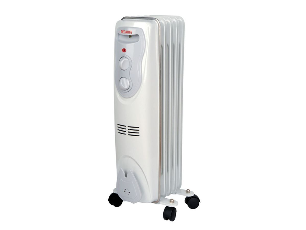 Ресанта ОМ-5Н (1 кВт) напольный радиатор67/3/6Масляный обогреватель Ресанта ОМ-5Н оснащен термостатом, измеряющим температуру масла. Температура задается поворотом ручки регулировки. На минимальном положении ручки работает режим антизамерзания. То есть радиатор будет включаться только для того, чтобы сохранить в помещении температуру не менее 0° по Цельсию.