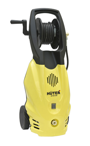 Минимойка Huter W105-ARW105-AR YellowМинимойка Huter W105-AR представлена пользователям в качестве мобильного бытового прибора, предназначенного для быстрого и эффективного удаления пятен, слоев грязи и пыли, жира с поверхностей любой сложности. Питание осуществляется от электрической сети посредством стандартной розетки. Модель минимойки Huter W105-AR при активной эксплуатации потребляет до 1400 Вт мощности. Прибор нагревает доступную воду до +50 °С и выпускает ее в виде интенсивного потока с давлением 105 бар. В течение 1 часа работы минимойка расходует до 342 литров воды. Особенности Huter W105-AR:Телескопическая ручкаВертикальное исполнениеМобильный аппарат (оборудован колесами) Шланг высокого давления - в комплекте (5 м)Интегрированный барабан для хранения шланга высокого давленияПомпа: металлическаяДлина шнура электропитания: 5 мВнешний бак для чистящего средстваВозможность забора жидкости из емкостиСтруйная трубка - в комплекте (пистолет-распылитель из 3-х частей: узел клапана с кнопкой и 2-х секций, общая длина которых около 1 м)