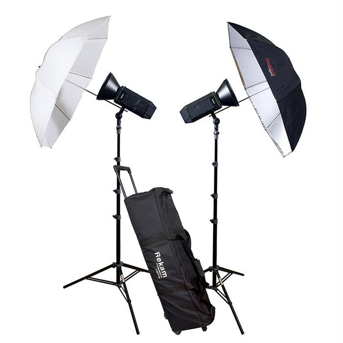 Rekam CoolLight 1500 LED UM KIT комплект студийного осветительного оборудованияCL1500LED UM KITКомплект осветительного оборудования CoolLight 1500 UM KIT создан на базе двух мощных, светодиодных осветителей. Комплект отлично подходит для любительской и профессиональной фото- и видео съемки, и способен решить самый широкий круг задач, особенно когда объекты съемки не допускают длительного нагрева – люди, цветы, продукты питания и т.п.Мощность от одного LED-осветителя, эквивалентна 800 Вт галогеновой лампы, а потребление энергии LED осветителя в 8 раз меньше, чем у галогенового аналога. Осветитель обеспечивает «холодный» свет, без «мигания», с цветовой температурой - 5600±200 °K. Универсальный рефлектор конической формы, с «зеркальной» поверхностью, способен увеличить интенсивность света в 2 раза.Комплект включает комбинированный зонт (на просвет и отражение), стойку с «воздушным амортизатором», защитный колпак для ламп, и удобную сумку на колесах для хранения и транспортировки комплекта.Тип крепления: BowensНаличие регулировки мощности: 3-х ступенчатая