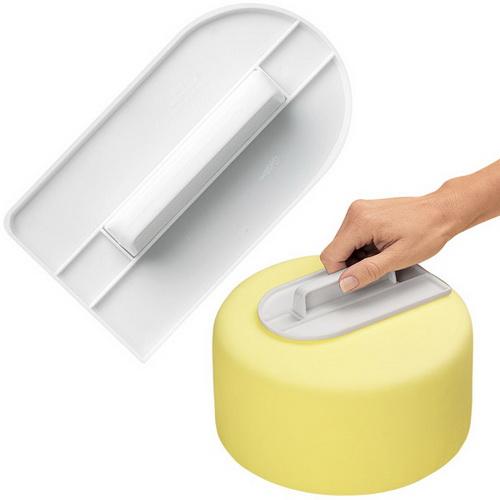 Инструмент для разглаживания мастики Wilton, цвет: белыйWLT-1907-1200Инструмент Wilton изготовлен из пластика и предназначен для создания идеально гладкой поверхности тортов при покрытии его сахарной мастикой. Изделие имеет высокую ручку, что делает его максимально удобным в использовании. Края инструмента закруглены, что исключает повреждение поверхности мастики при разглаживании, а прямоугольная задняя сторона позволяет идеально разглаживать боковые стороны торта у основания. После разглаживания обрежьте излишки мастики острым ножом. Размер инструмента (с учетом ручки): 14,5 см х 8,5 см х 3 см.