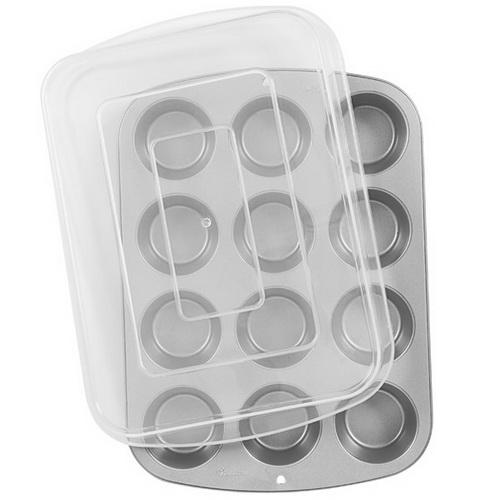 Форма для выпечки кексов Wilton Recipe Right с крышкой, с антипригарным покрытием, 12 ячеекWLT-2105-1832Форма для выпечки Wilton Recipe Right, изготовленная из нержавеющей стали с антипригарным покрытием, будет отличным выбором для всех любителей бисквитов, кексов и мини-десертов. На одном листе расположено 12 круглых формочек. Особое высокотехнологичное антипригарное покрытие препятствует пригоранию и обеспечивает легкую очистку после использования. К форме прилагается пластиковая крышка, которая позволит дольше сохранить свежесть и мягкость выпечки. С такой формой вы всегда сможете порадовать своих близких оригинальной выпечкой.Нельзя использовать в микроволновой печи и нагревать на открытом огне. Можно мыть и сушить в посудомоечной машине. Общий размер формы: 36 см х 26,5 см х 3,5 см.Диаметр одной ячейки: 7 см.Высота стенки: 3,5 см. Размер крышки: 37 см х 27 см х 5,5 см.