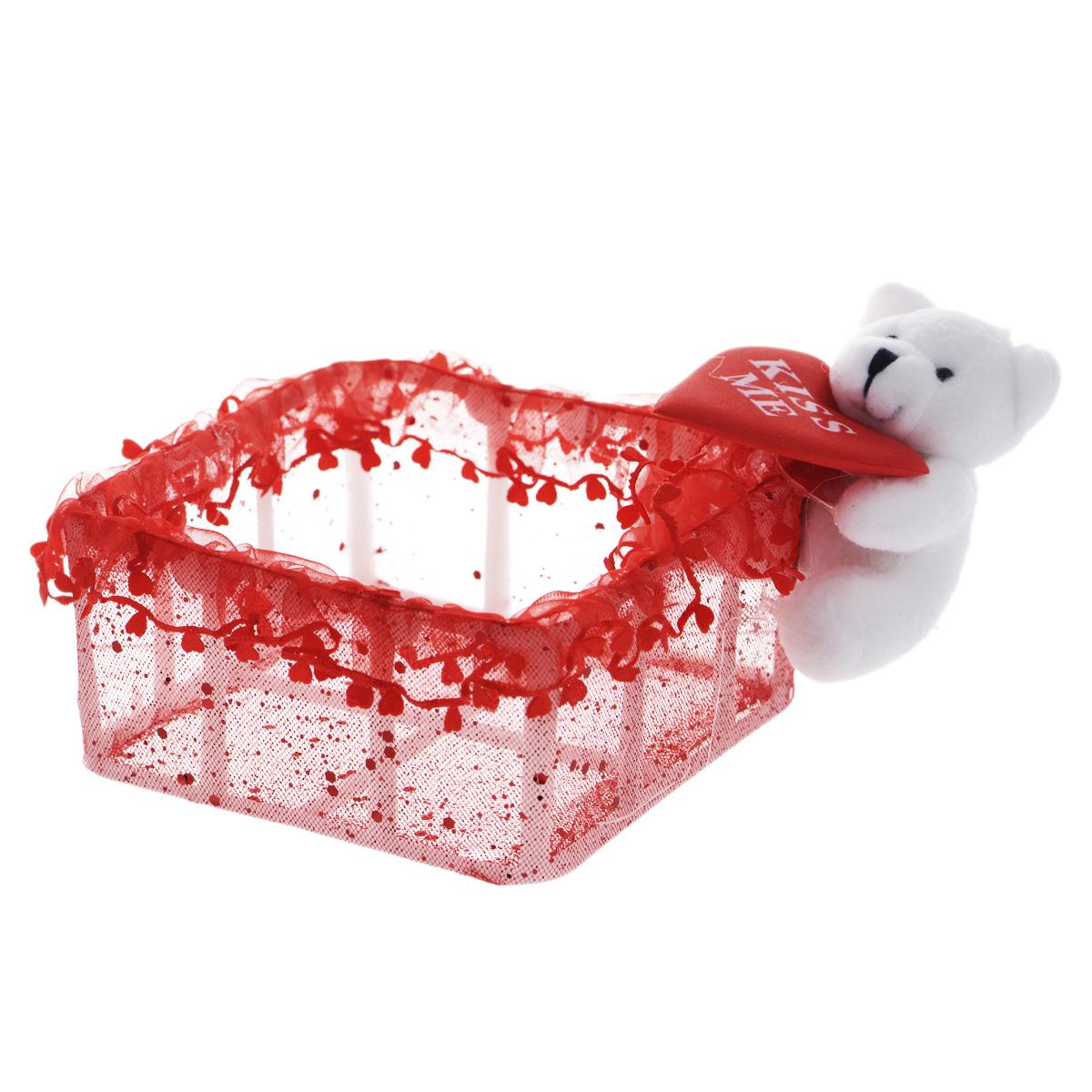 Корзинка декоративная Home Queen От всего сердца, 11,5 х 11,5 х 6 см60469Декоративная корзинка Home Queen От всего сердца имеет пластиковый каркас и обтянута сетчатым полиэстером. Корзинка украшена рюшами, блестками и плюшевой игрушкой белого мишки с сердцем. Красивая корзинка станет милым сувениром и порадует получателя. Может послужить как подарочная упаковка для подарка или как аксессуар для хранения бытовых вещей и предметов для рукоделия (бусин, бисера и т.д.).