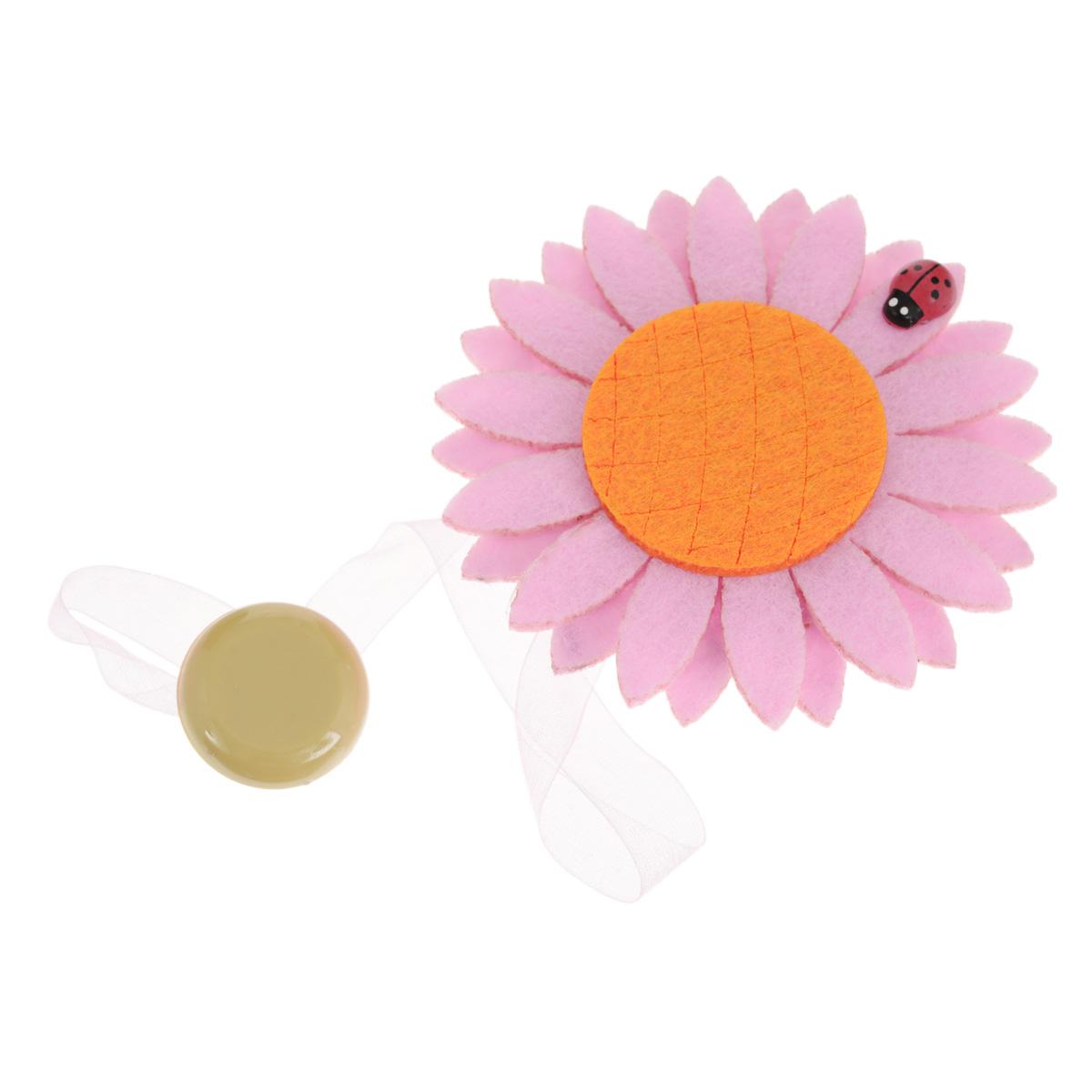 """Клипса-магнит """"Calamita Fiore"""", изготовленная из пластика и текстиля, предназначена для придания формы шторам. Изделие представляет собой два магнита, расположенные на разных концах текстильной ленты. Один из магнитов оформлен декоративным цветком. С помощью такой магнитной клипсы можно зафиксировать портьеры, придать им требуемое положение, сделать складки симметричными или приблизить портьеры, скрепить их.   Клипсы для штор являются универсальным изделием, которое превосходно подойдет как для штор в детской комнате, так и для штор в гостиной. Следует отметить, что клипсы для штор выполняют не только практическую функцию, но также являются одной из основных деталей декора этого изделия, которая придает шторам восхитительный, стильный внешний вид. Материал: пластик, полиэстер, магнит. Диаметр декоративного цветка: 9 см. Диаметр магнита: 2,5 см. Длина ленты: 28 см."""
