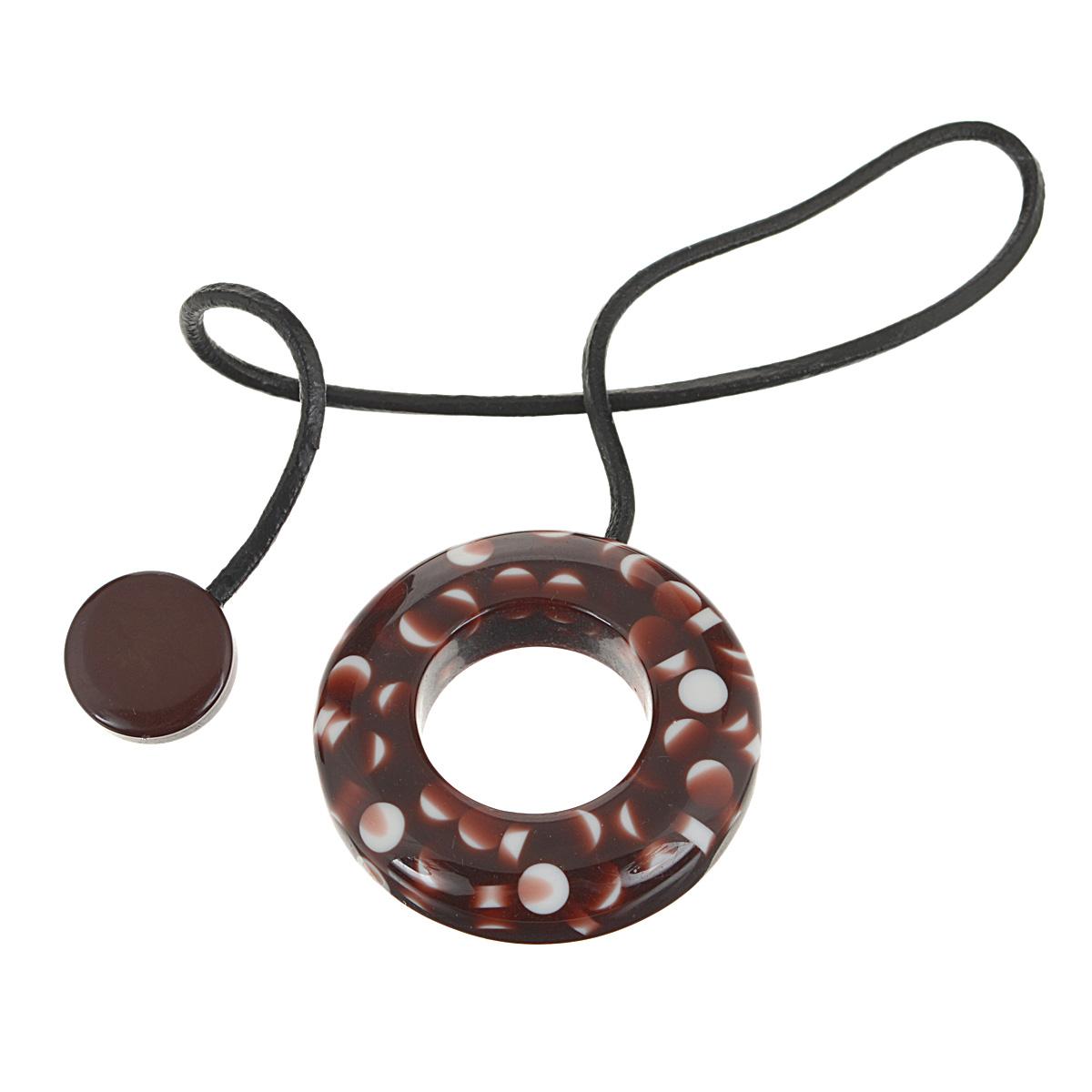 Подхват-магнит для органзы Embrasse, цвет: коричневый, белый. 7706113_81347706113_8134Клипса-магнит  Embrasse, изготовленная из пластика и кожи, предназначена для придания формы шторам. Изделие представляет собой два магнита, расположенные на разных концах кожаного шнурка. С одной стороны магнит оформлен декоративным кольцом. С помощью такой магнитной клипсы можно зафиксировать портьеры, придать им требуемое положение, сделать складки симметричными или приблизить портьеры, скрепить их. Клипсы для штор являются универсальным изделием, которое превосходно подойдет как для штор в детской комнате, так и для штор в гостиной. Следует отметить, что клипсы для штор выполняют не только практическую функцию, но также являются одной из основных деталей декора этого изделия, которая придает шторам восхитительный, стильный внешний вид. Материал: пластик, кожа, магнит.Диаметр кольца: 5,5 см.Диаметр магнита: 2 см.Длина ленты: 28 см.