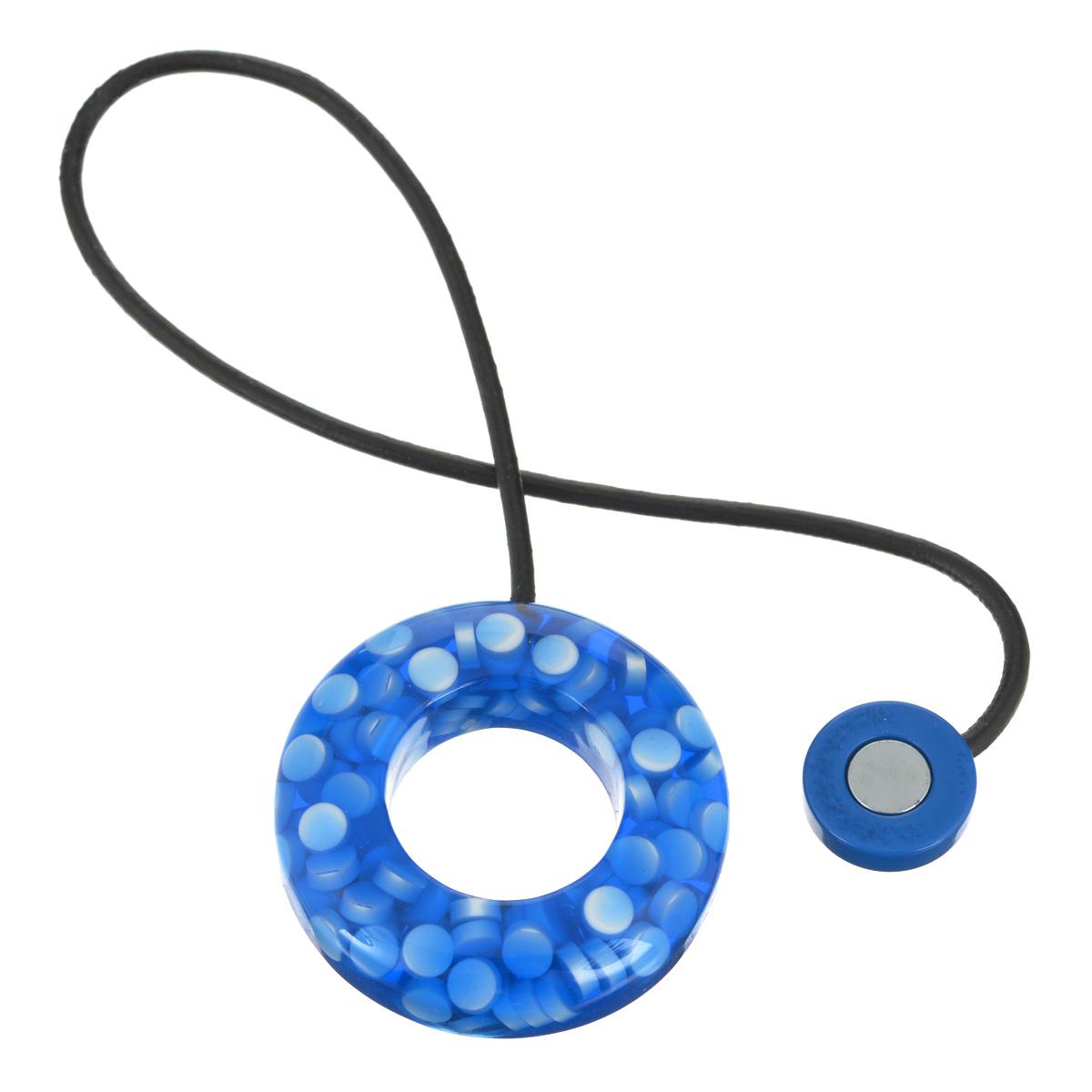 Подхват-магнит для органзы Embrasse, цвет: васильковый, белый. 7706113_81077706113_8107Клипса-магнит  Embrasse, изготовленная из пластика и кожи, предназначена для придания формы шторам. Изделие представляет собой два магнита, расположенные на разных концах кожаного шнурка. С одной стороны магнит оформлен декоративным кольцом. С помощью такой магнитной клипсы можно зафиксировать портьеры, придать им требуемое положение, сделать складки симметричными или приблизить портьеры, скрепить их. Клипсы для штор являются универсальным изделием, которое превосходно подойдет как для штор в детской комнате, так и для штор в гостиной. Следует отметить, что клипсы для штор выполняют не только практическую функцию, но также являются одной из основных деталей декора этого изделия, которая придает шторам восхитительный, стильный внешний вид. Материал: пластик, кожа, магнит.Диаметр кольца: 5,5 см.Диаметр магнита: 2 см.Длина ленты: 28 см.