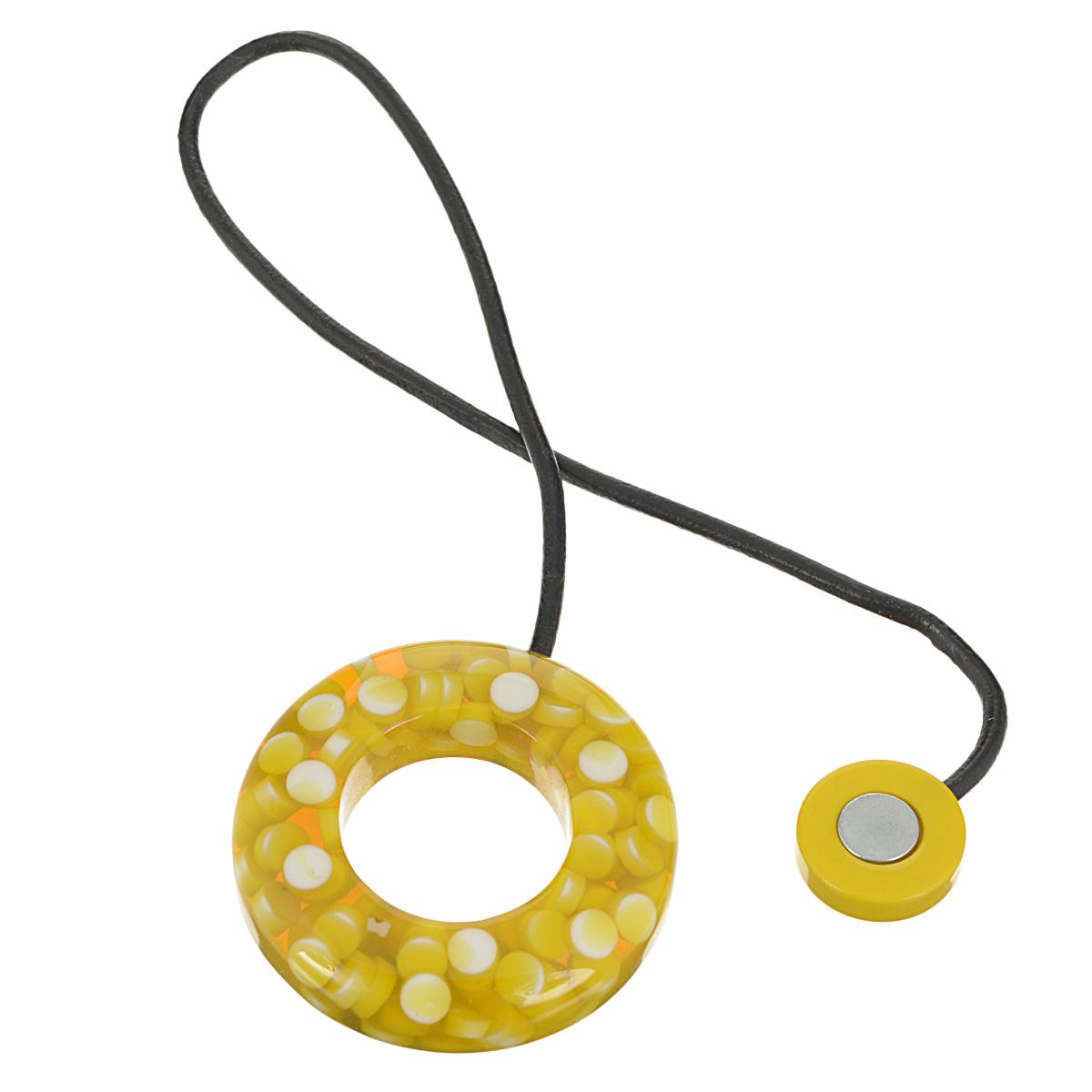 Подхват-магнит для органзы Embrasse, цвет: горчичный, белый. 7706113_80097706113_8009Клипса-магнит  Embrasse, изготовленная из пластика и кожи, предназначена для придания формы шторам. Изделие представляет собой два магнита, расположенные на разных концах кожаного шнурка. С одной стороны магнит оформлен декоративным кольцом. С помощью такой магнитной клипсы можно зафиксировать портьеры, придать им требуемое положение, сделать складки симметричными или приблизить портьеры, скрепить их. Клипсы для штор являются универсальным изделием, которое превосходно подойдет как для штор в детской комнате, так и для штор в гостиной. Следует отметить, что клипсы для штор выполняют не только практическую функцию, но также являются одной из основных деталей декора этого изделия, которая придает шторам восхитительный, стильный внешний вид. Материал: пластик, кожа, магнит.Диаметр кольца: 5,5 см.Диаметр магнита: 2 см.Длина ленты: 28 см.