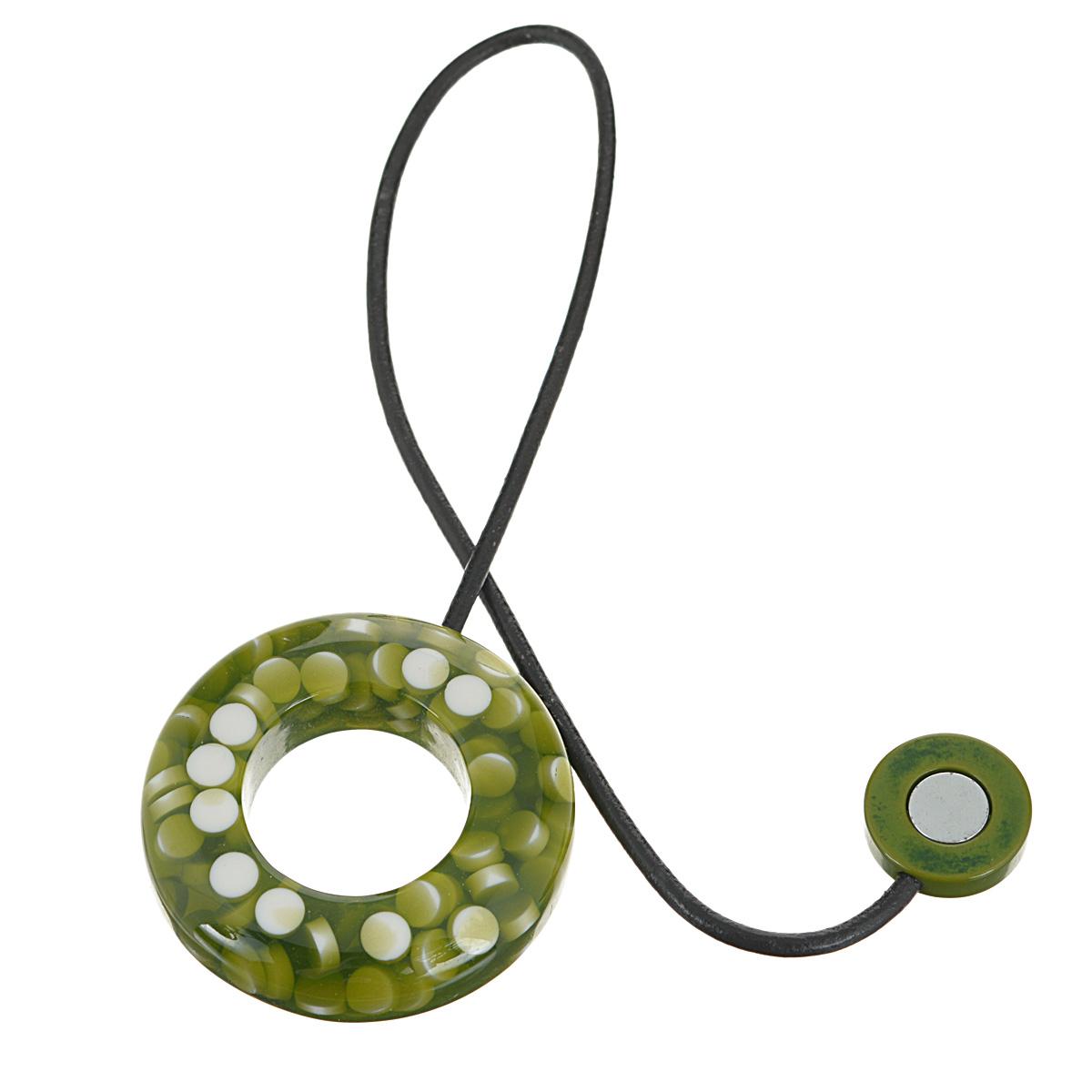 Подхват-магнит для органзы Embrasse, цвет: оливковый, белый. 7706113_80817706113_8081Клипса-магнит  Embrasse, изготовленная из пластика и кожи, предназначена для придания формы шторам. Изделие представляет собой два магнита, расположенные на разных концах кожаного шнурка. С одной стороны магнит оформлен декоративным кольцом. С помощью такой магнитной клипсы можно зафиксировать портьеры, придать им требуемое положение, сделать складки симметричными или приблизить портьеры, скрепить их. Клипсы для штор являются универсальным изделием, которое превосходно подойдет как для штор в детской комнате, так и для штор в гостиной. Следует отметить, что клипсы для штор выполняют не только практическую функцию, но также являются одной из основных деталей декора этого изделия, которая придает шторам восхитительный, стильный внешний вид. Материал: пластик, кожа, магнит.Диаметр кольца: 5,5 см.Диаметр магнита: 2 см.Длина ленты: 28 см.