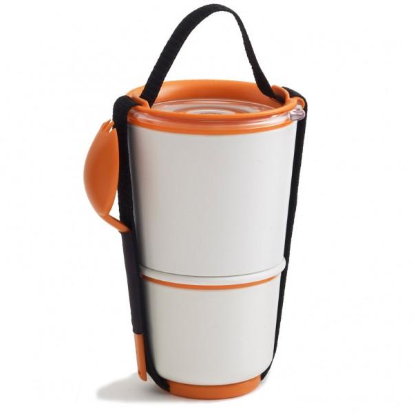 """Ланч-бокс Black+Blum """"Lunch Pot"""" изготовлен из высококачественного пищевого пластика,   устойчивого к нагреванию. Изделие представляет собой 2 круглых контейнера, предназначенных   для хранения пищи и жидкости. Контейнеры оснащены герметичными крышками с надежной   защитой от протечек, это позволяет взять с собой суп. В комплекте имеется текстильный   ремешок с ручкой и пластиковая ложка-вилка. Благодаря компактным размерам, ланч-бокс поместится даже в дамскую сумочку, а также позволит   взять с собой полноценный обед из первого и второго блюда.  Можно использовать в микроволновой печи и мыть в посудомоечной машине. Диаметр маленького контейнера: 9,5 см  Высота маленького контейнера: 8 см.  Диаметр большого контейнера: 11,5 см.  Высота большого контейнера: 11 см.  Общая высота ланч-бокса (с учетом крышки): 19 см.  Длина ложки-вилки: 17 см."""