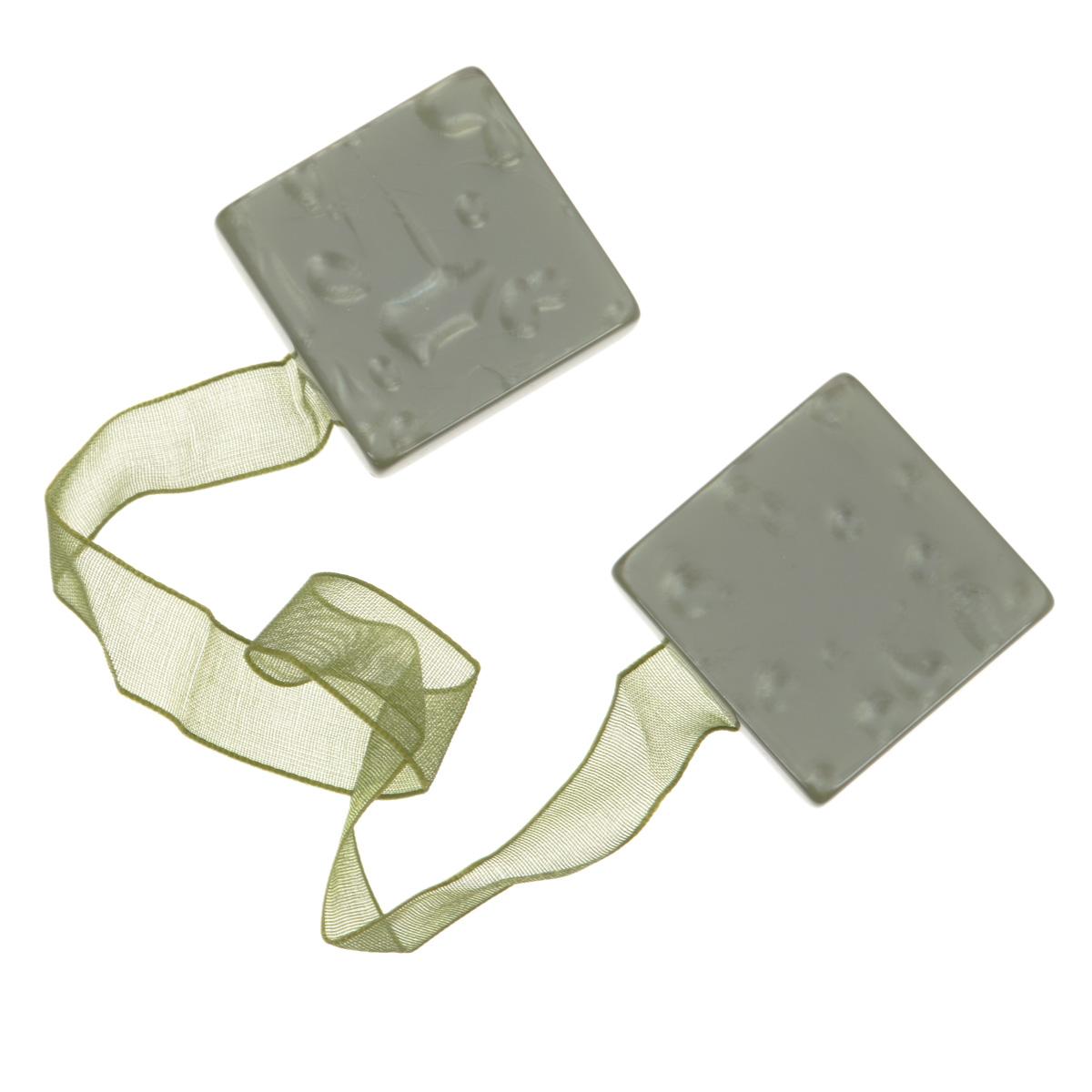"""Клипса-магнит """"Calamita Fiore"""", изготовленная из пластика и текстиля,   предназначена для придания формы шторам. Изделие представляет собой два   магнита квадратной формы, расположенные на разных концах текстильной ленты.   С помощью такой магнитной клипсы можно зафиксировать портьеры, придать им   требуемое положение, сделать складки симметричными или приблизить   портьеры, скрепить их.   Клипсы для штор являются универсальным изделием, которое превосходно   подойдет как для штор в детской комнате, так и для штор в гостиной. Следует   отметить, что клипсы для штор выполняют не только практическую функцию, но   также являются одной из основных деталей декора этого изделия, которая   придает шторам восхитительный, стильный внешний вид.   Материал: полиэстер, пластик, магнит. Размер клипсы: 3,5 см х 3,5 см. Длина ленты: 28 см."""